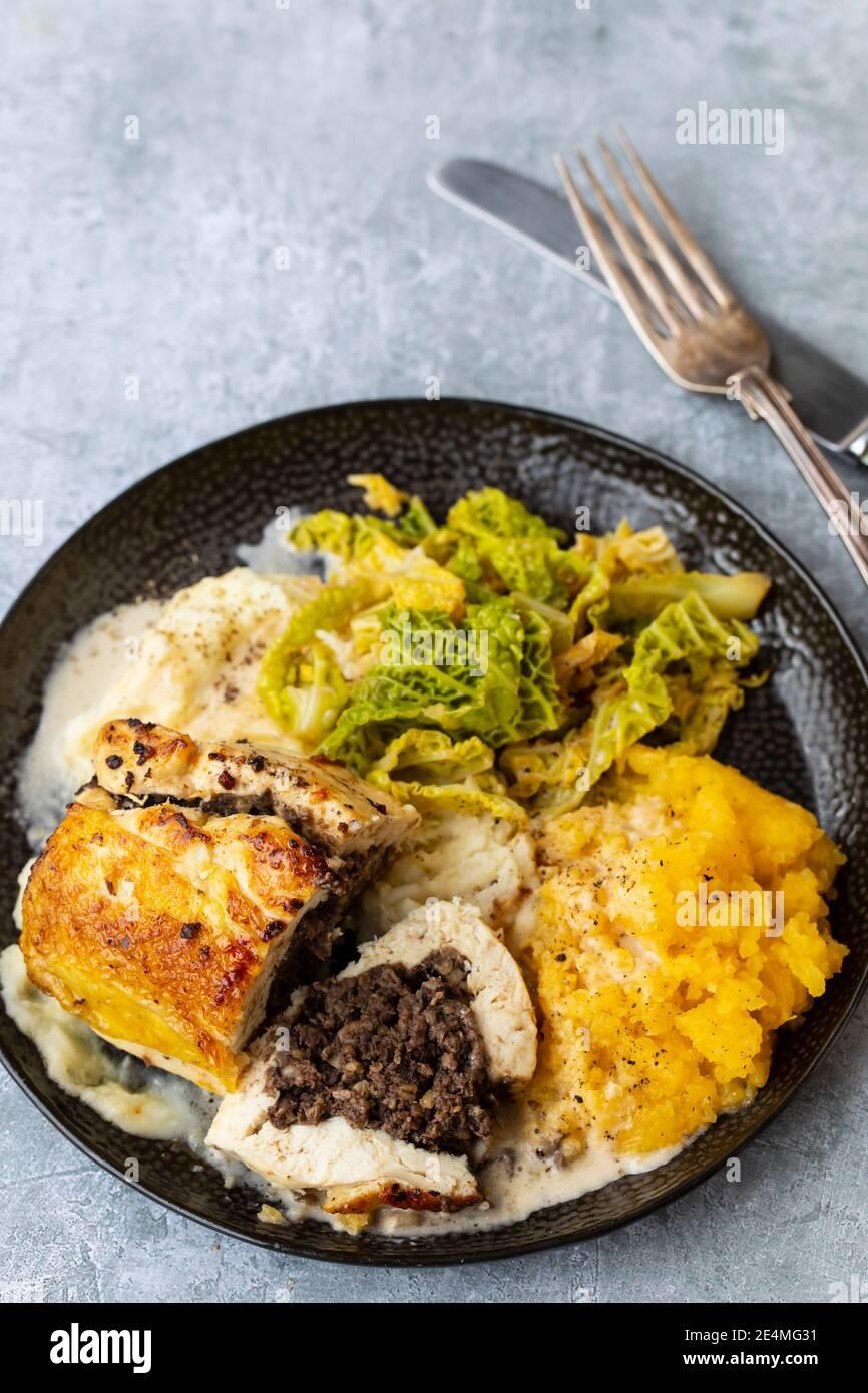 Pollo balmoral, relleno de haggis con tatties y neeps, Burns comida nocturna Foto de stock