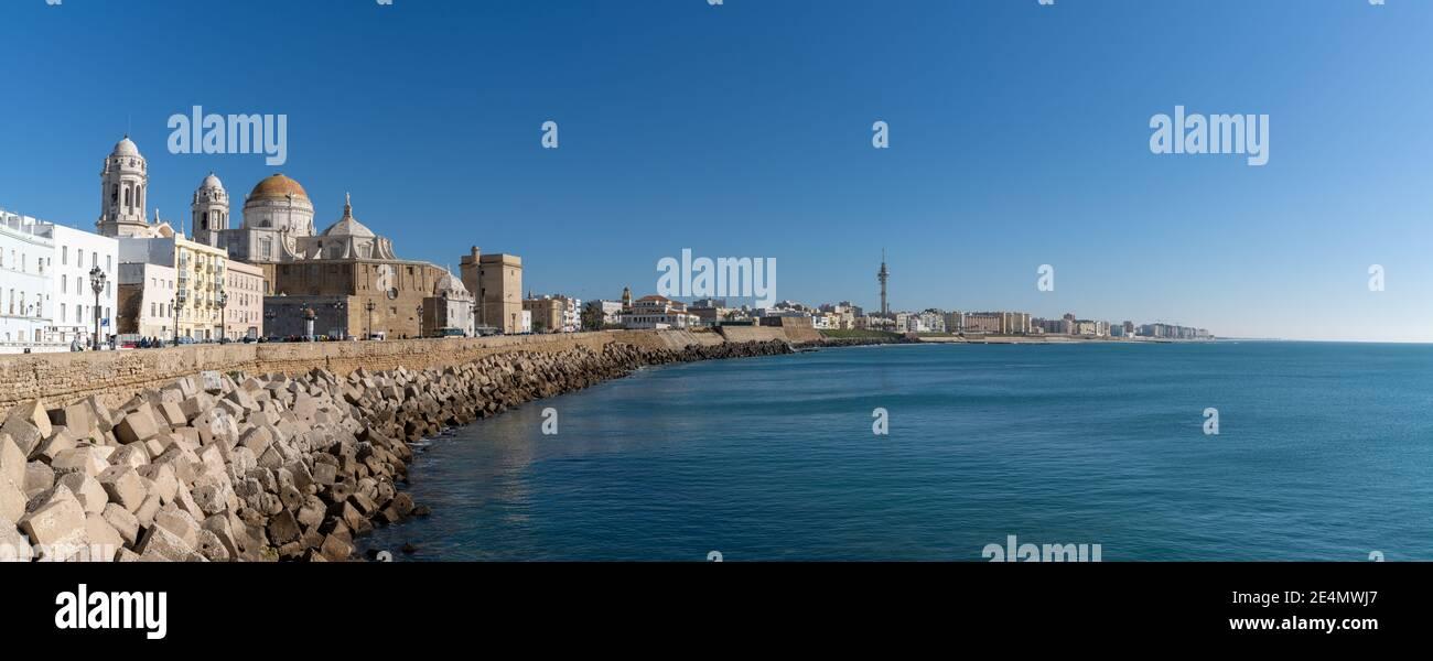 Cádiz, España - 16 Enero, 2021: panorama del paisaje urbano del centro histórico de Cádiz Foto de stock