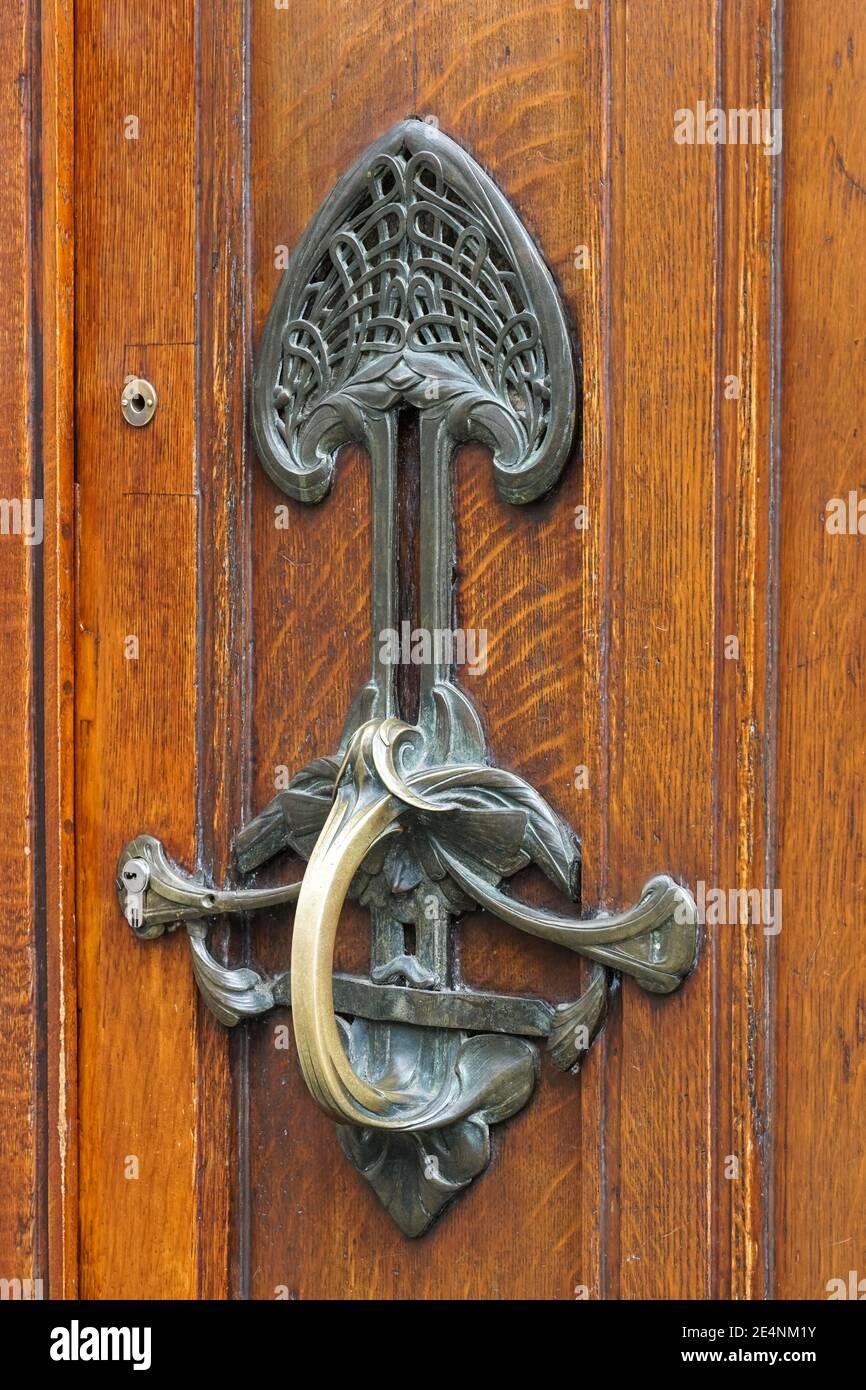 Detalles ornamentales en la puerta del edificio de estilo Art Nouveau en Bruselas, Bélgica Foto de stock