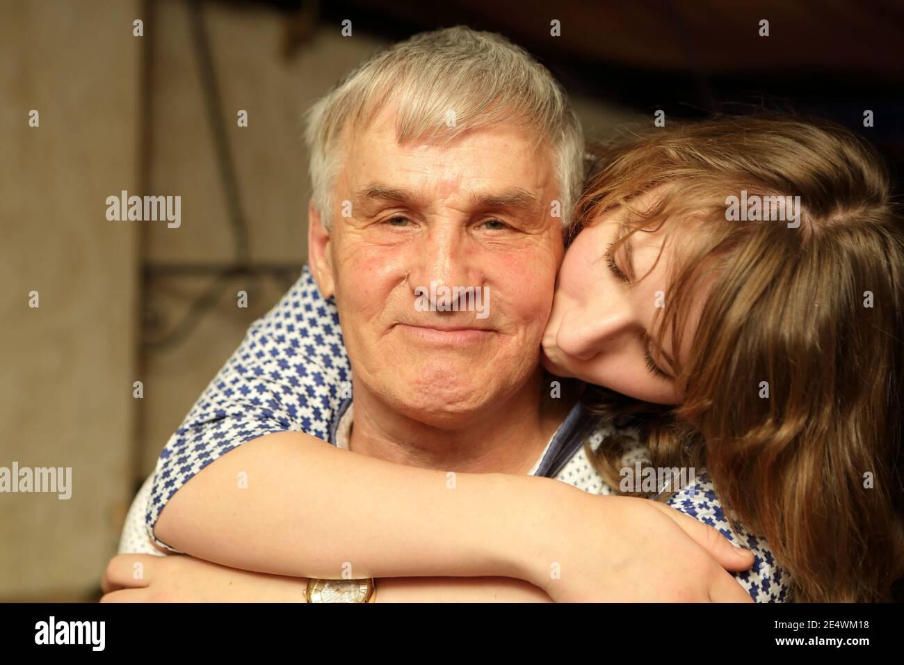 ¿Besarías al de arriba? - Página 2 La-nieta-besando-a-su-abuelo-en-casa-2e4wm18