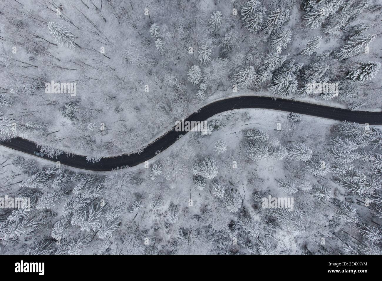 Vista aérea de invierno de la carretera de montaña curva, en Poiana Brasov Foto de stock