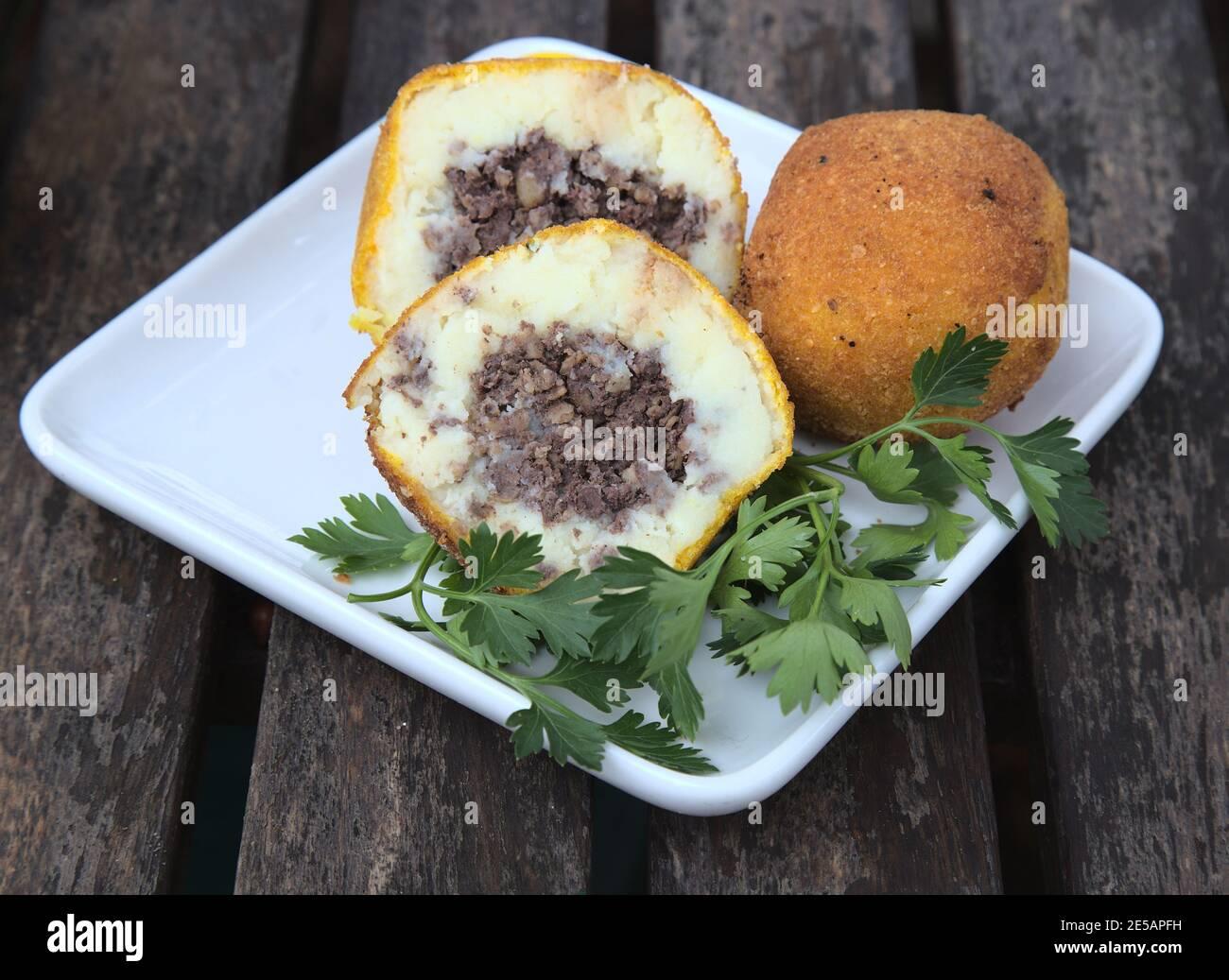 Vida de Haggis Croquettes sobre plato blanco Foto de stock