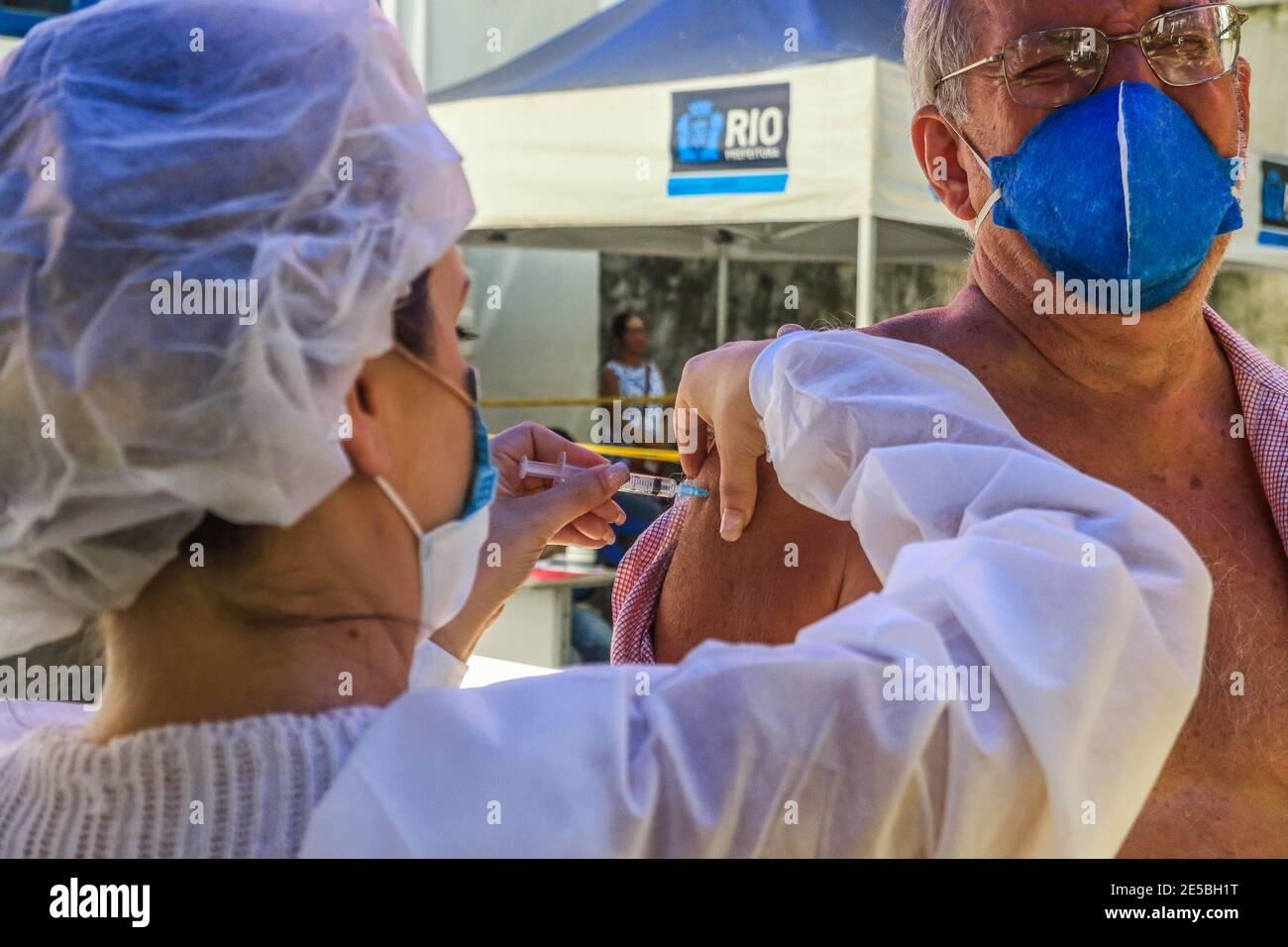 Río de Janeiro, Brasil. 27 de enero de 2021: BRASIL. RÍO DE JANEIRO. COVID-19. El ayuntamiento comienza este miércoles (27), una nueva fase de vacunación contra el covid-19 con las vacunas Oxforf, de AstraZeneca. Los profesionales de la salud y los ancianos son las preferencias en la vacunación que se dan en los puestos de vacunación del ayuntamiento como en la foto, el puesto municipal Dom Helder CÃ mara, Botafogo, zona sur. Crédito: Ellan Lustosa/ZUMA Wire/Alamy Live News Foto de stock