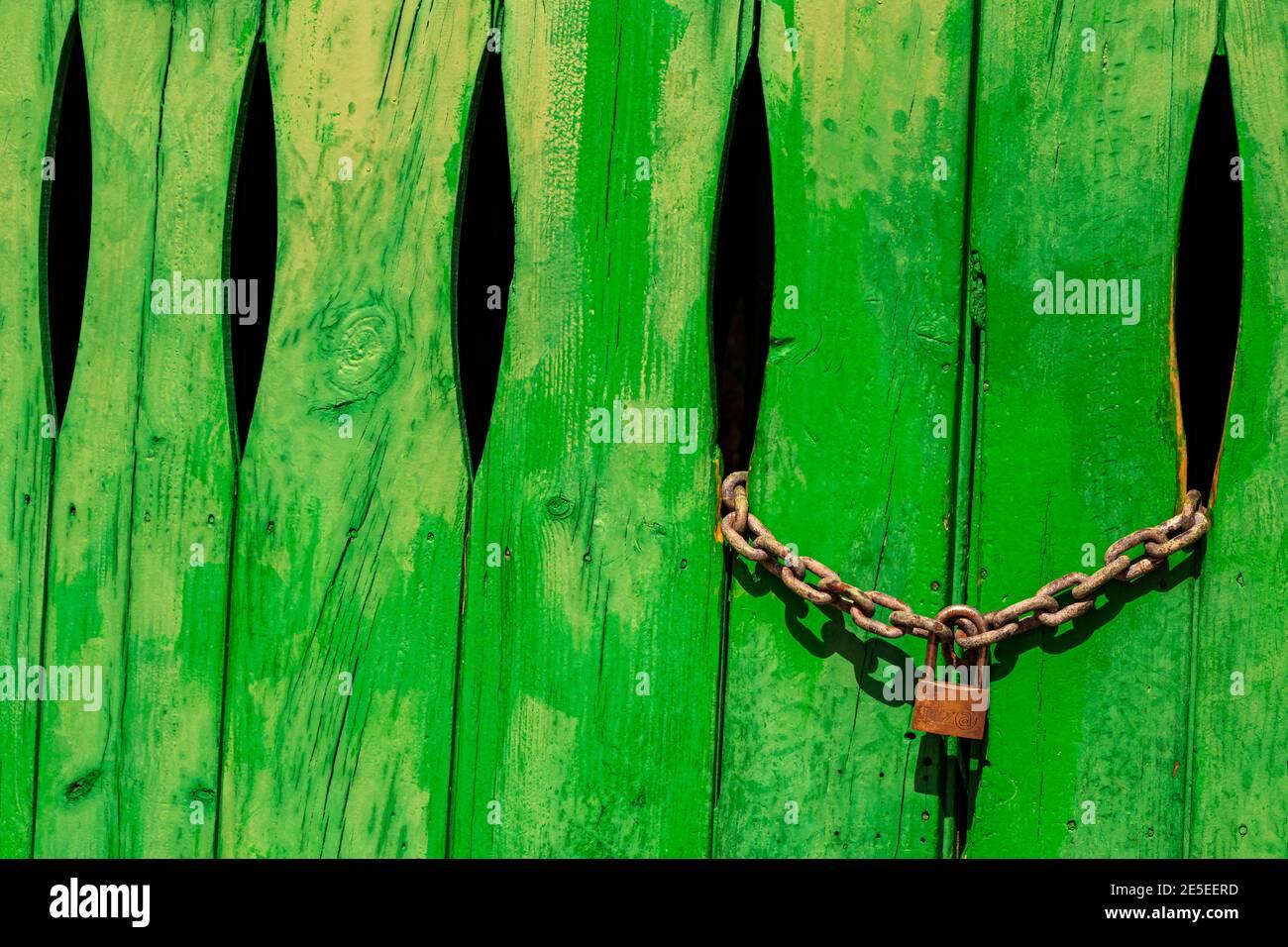 Puerta verde en la pared de piedra con cerradura en Cala Figuera Mallorca España. Foto de stock