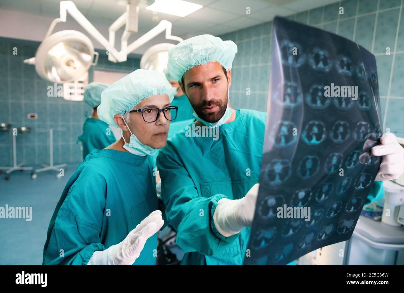 Retrato de profesionales de la salud intelectual con imagen radiográfica de rayos X AT, TC, rm Foto de stock