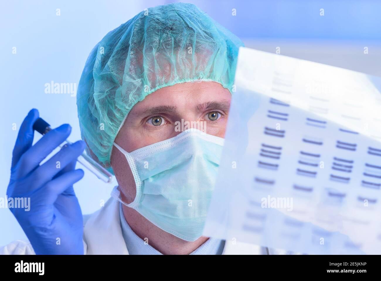 El científico que analiza la secuencia de ADN en el laboratorio moderno Foto de stock