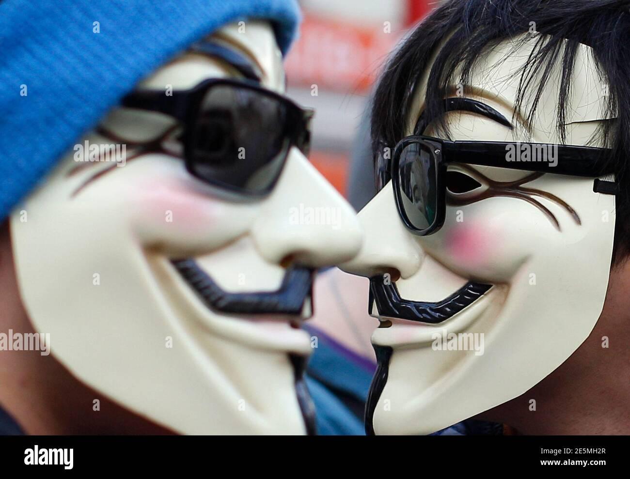 Los manifestantes que llevan máscaras Guy Fawkes, populares por la novela gráfica 'V for Vendetta', participan en una manifestación contra el ACTA (Acuerdo Comercial Antifalsificación) en Viena, el 25 de febrero de 2012. Los manifestantes temen que el ACTA acorte la libertad de expresión, ponga freno a su libertad para descargar películas y música de forma gratuita y fomente la vigilancia por Internet. REUTERS/LISI NIESNER (AUSTRIA - TAGS: POLÍTICA DISTURBIOS CIVILES TPX IMÁGENES DEL DÍA) Foto de stock