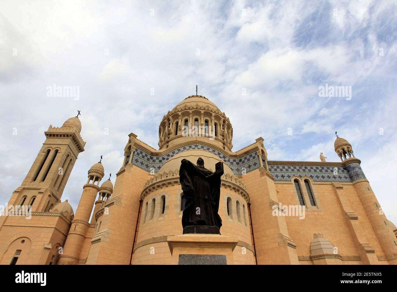 Una vista de la recién restaurada Notre Dame D'Afrique, o nuestra Señora de África, Basílica en Argel 13 de diciembre de 2010. La basílica fue reinaugurada oficialmente el lunes después de un proyecto de restauración de cuatro años financiado parcialmente por la Unión Europea. La iglesia, que se alza sobre un promontorio con vistas al Mar Mediterráneo, fue construida durante el dominio colonial francés en Argelia .REUTERS/Zohra Bensemra (ARGELIA - Tags: SOCIEDAD RELIGIOSA) Foto de stock