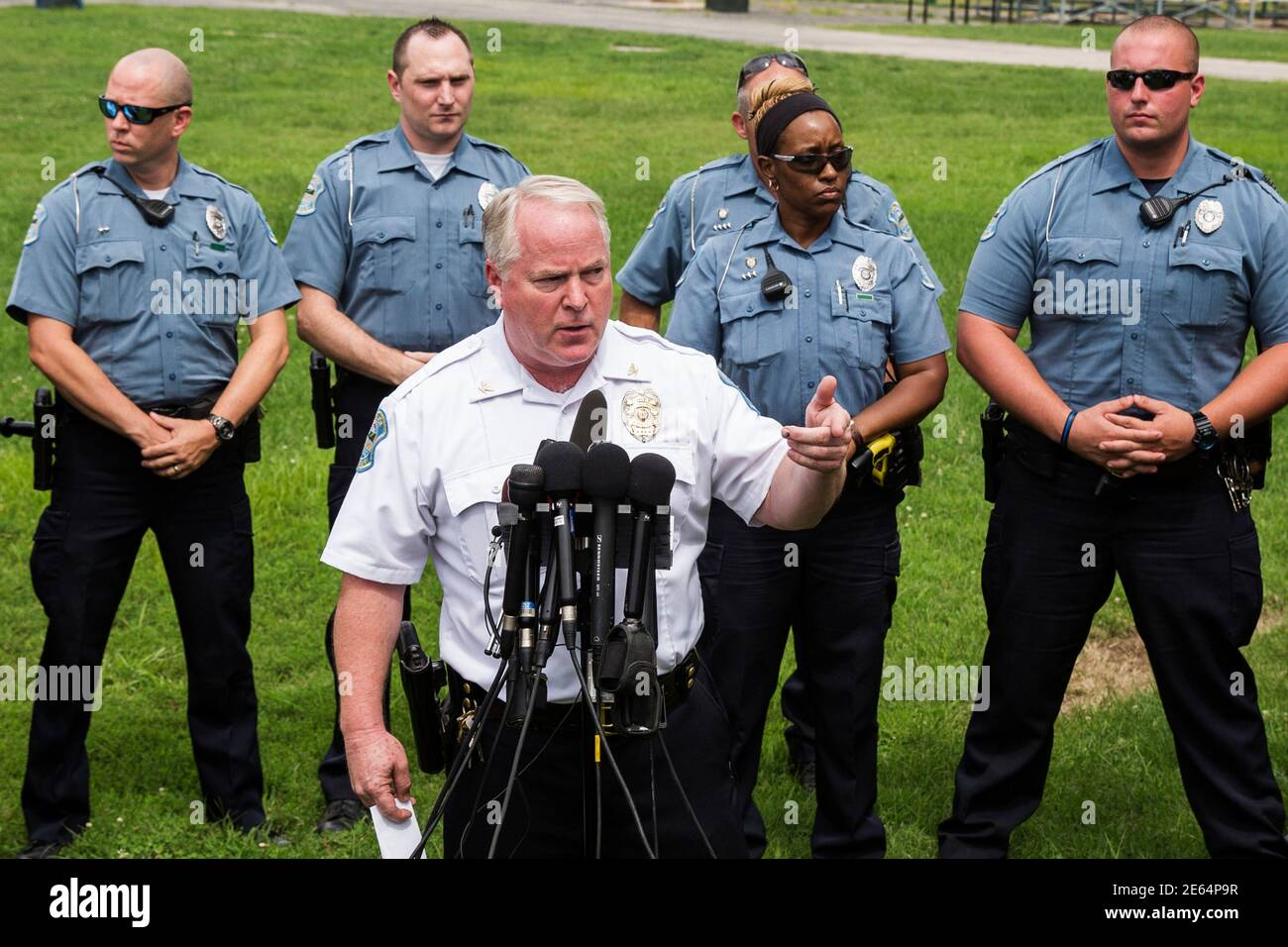 Ferguson Police Chief Thomas Jackson answers questions from the media about his office's handling of the release of information following the shooting of Michael Brown in Ferguson, Missouri August 15, 2014. Picture taken August 15, 2014. REUTERS/Lucas Jackson (UNITED STATES - Tags: CIVIL UNREST CRIME LAW POLITICS) Foto de stock
