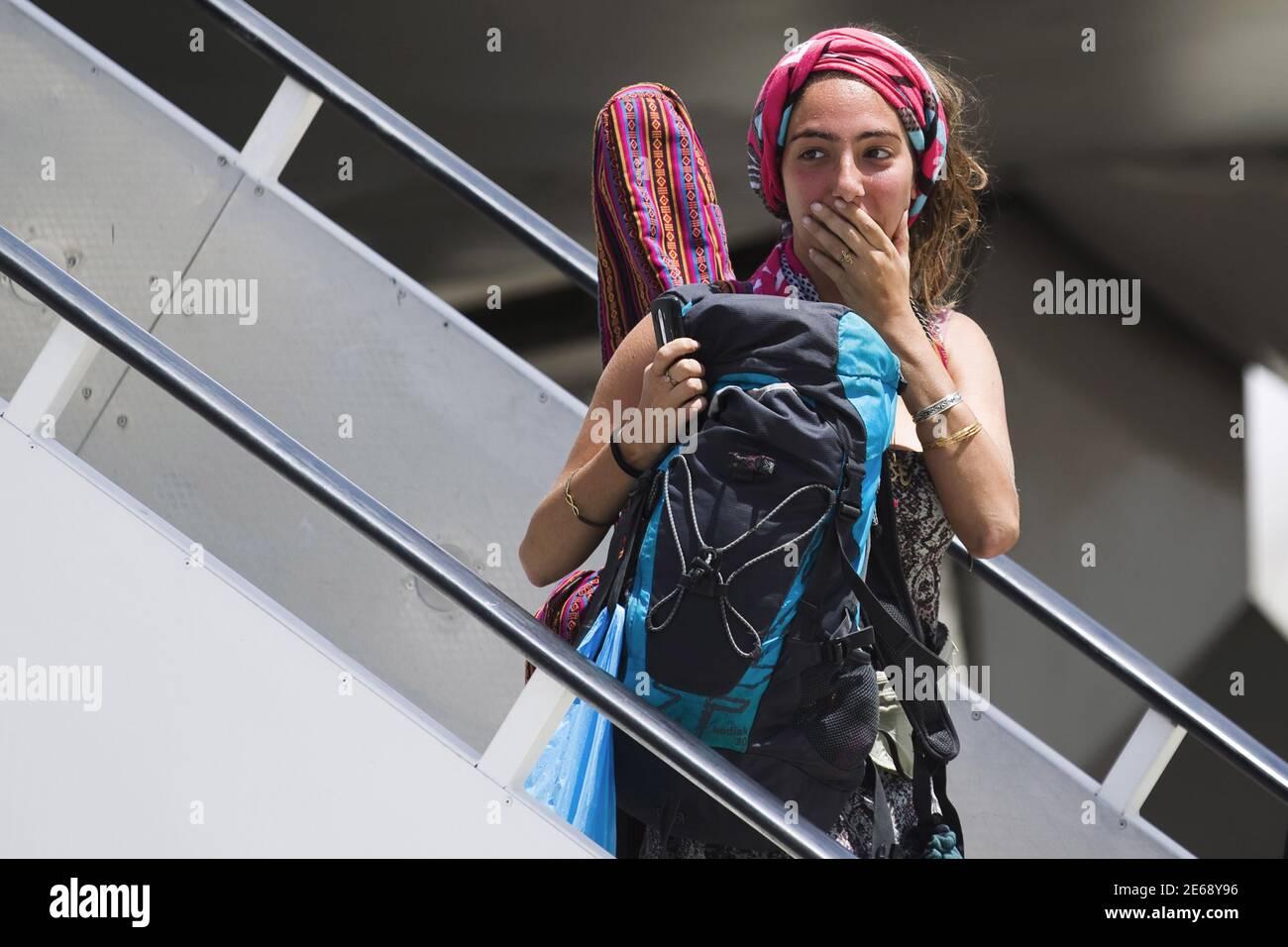 Un israelí evacuado de Nepal desembarca de un avión después de aterrizar en el aeropuerto internacional Ben Gurion, cerca de Tel Aviv, Israel, 28 de abril de 2015. REUTERS/Amir Cohen Foto de stock
