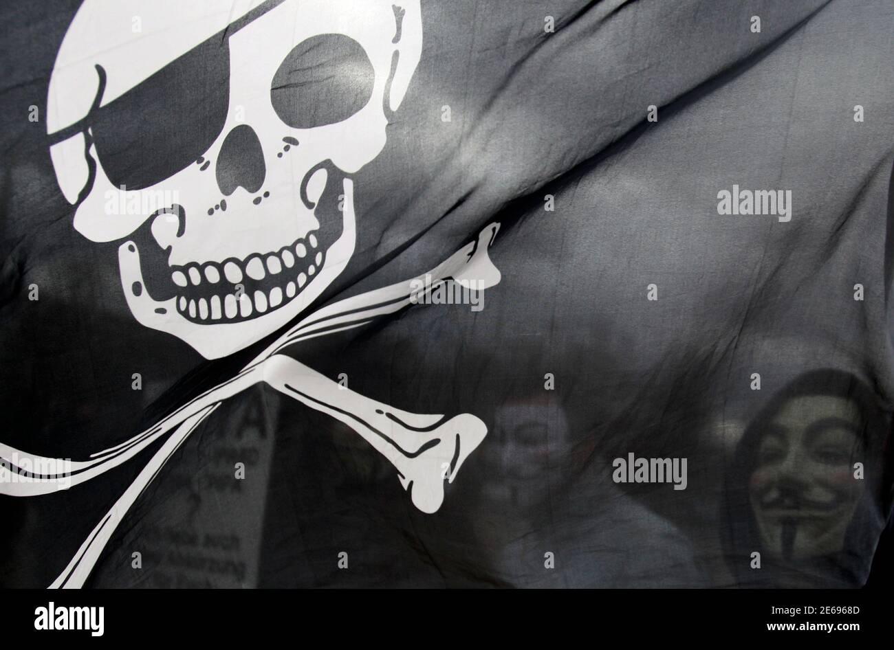 Los manifestantes que llevan máscaras Guy Fawkes participan en una manifestación contra el Acuerdo Comercial Antifalsificación (Acta) en Berlín el 25 de febrero de 2012. Los manifestantes temen que el ACTA, cuyo objetivo es reducir el robo de marcas y otras actividades de piratería en línea, reduzca la libertad de expresión, ponga freno a su libertad para descargar películas y música de forma gratuita y fomente la vigilancia en Internet. REUTERS/TOBIAS SCHWARZ (ALEMANIA - TAGS: POLÍTICA DISTURBIOS CIVILES TPX IMÁGENES DEL DÍA) Foto de stock