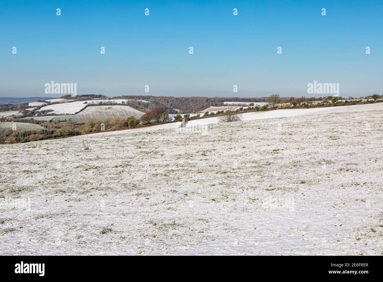 Campos cubiertos de nieve en Kent, tomados de Stone Street Foto de stock