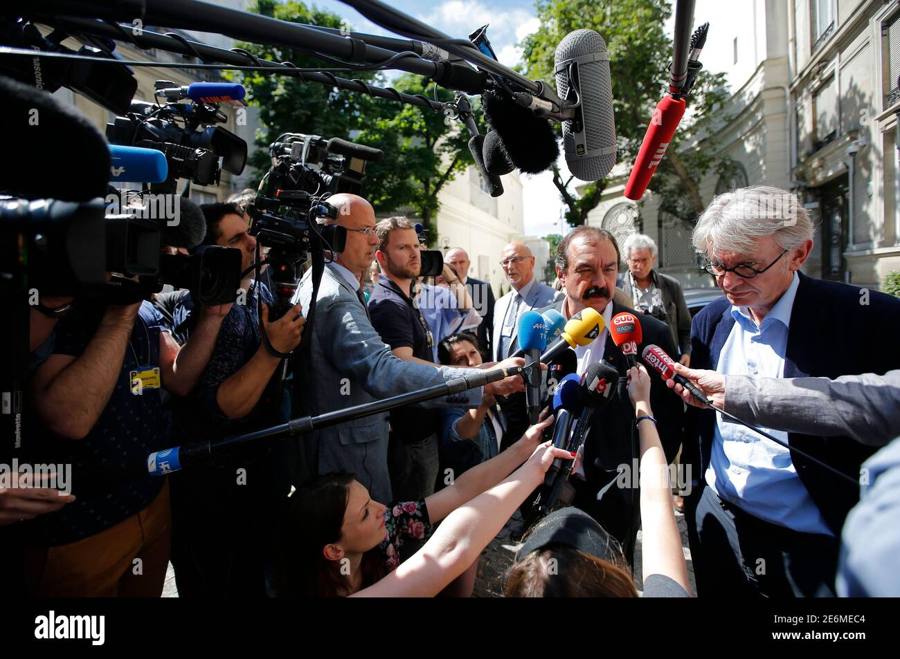French Force Ouvriere (FO) labour union General Secretary Jean-Claude Mailly (R) and French CGT trade union head Philippe Martinez (2ndR) speak with journalist as they leave after a meeting with the Interior minister in Paris, France, June 22, 2016 after French police banned a planned demonstration this week against labour reforms, bringing to a head a stand-off between the government and trade unions which have been spearheading protests against the changes for months.  REUTERS/Stephane Mahe Foto de stock