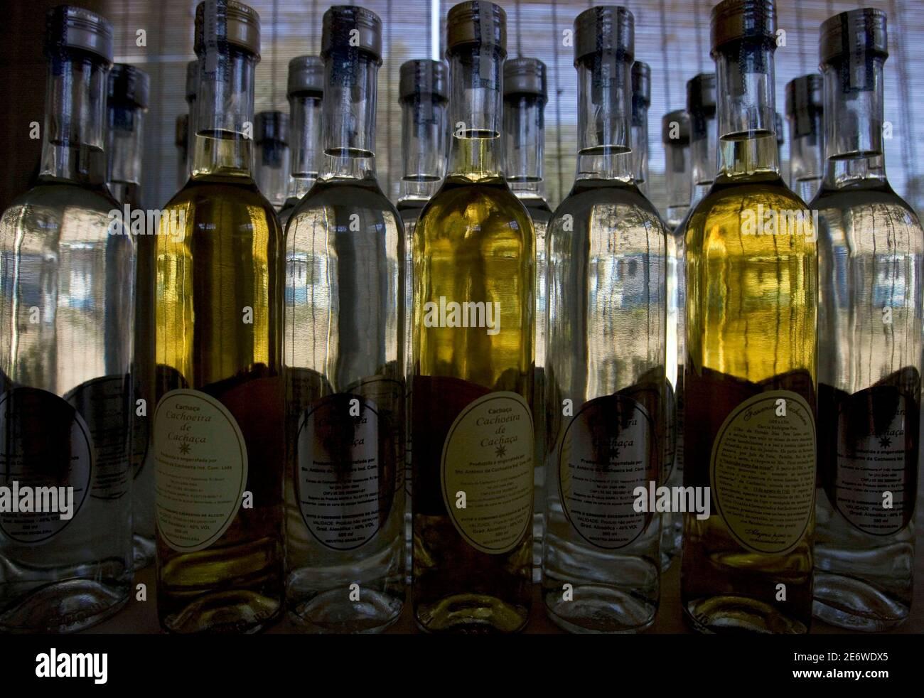Las botellas de Cachaca se ven en una granja de micro-destilería, o alambique, a unos 150 km (93 millas) al noroeste de Río de Janeiro, 29 de agosto de 2008. Brasil produce más de 1.8 mil millones de litros de cachaca, la bebida más popular del país, cada año. REUTERS/Bruno Domingos (BRASIL) Foto de stock