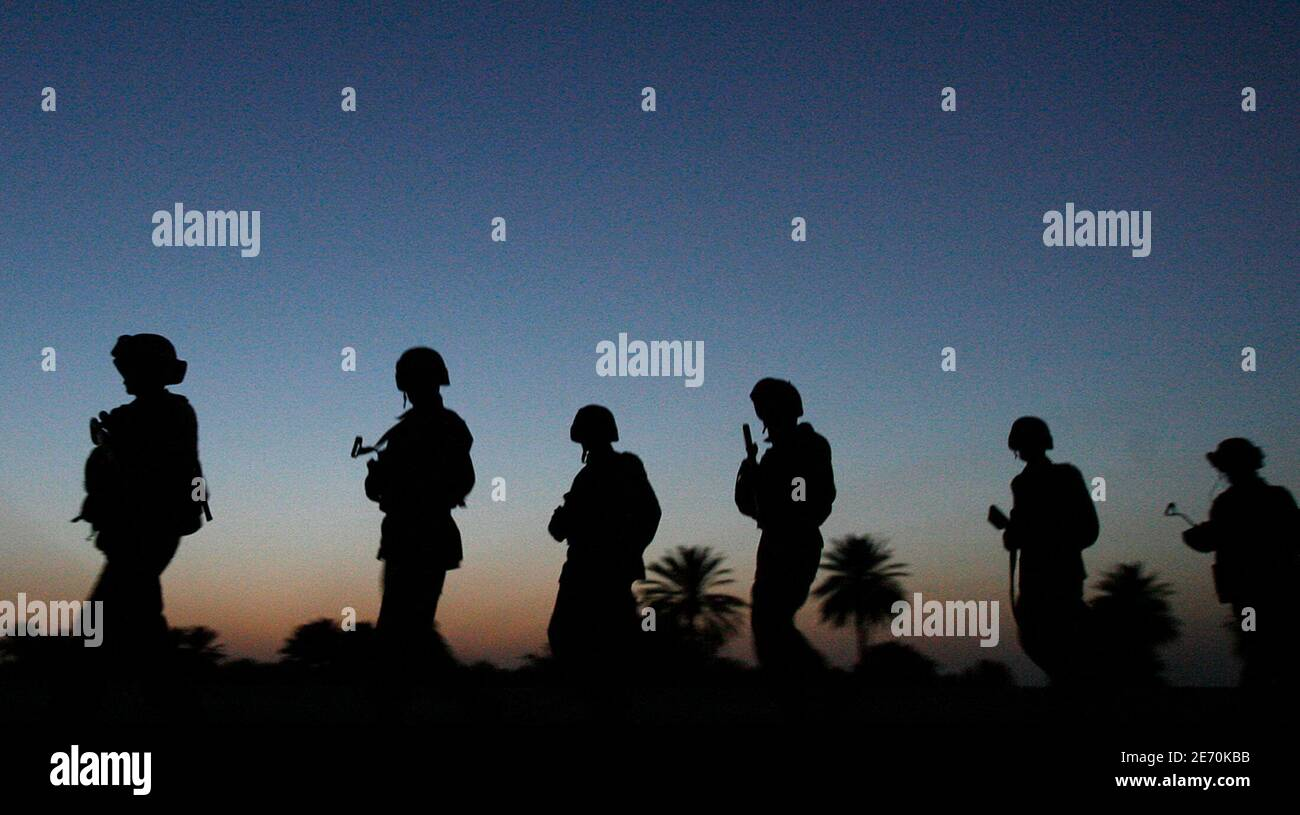 Iraqi soldiers line up at dawn as they prepare to take part in a joint operation with U.S. Army soldiers near Mahmudiya, south of Baghdad April 16, 2007.  REUTERS/Bob Strong (IRAQ) Foto de stock