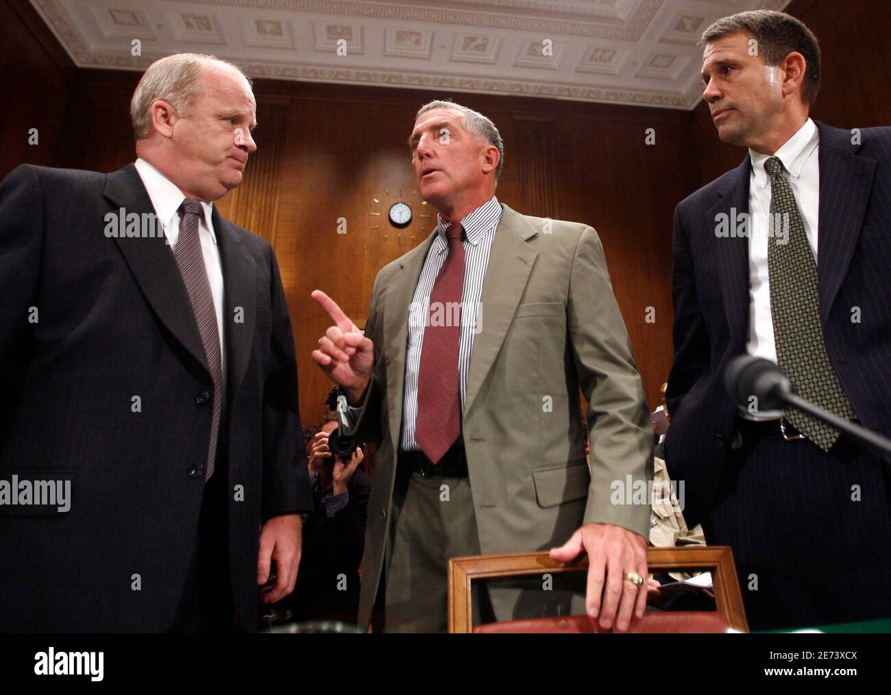 Retired U.S. Army Major Gen. Paul Eaton (c) makes a point to retired U.S. Marine Corps Col. Thomas Hammes (L) and retired U.S. Army Gen. John Batiste before testifying at the Democratic Policy Committee's oversight hearing on Capitol Hill in Washington to discuss the planning and conduct of the war in Iraq September 25, 2006. REUTERS/Kevin Lamarque  (UNITED STATES) Foto de stock