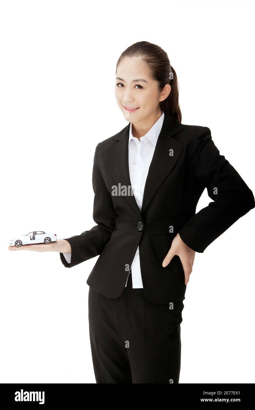 Mujer de negocios sosteniendo un modelo de coche foto de alta calidad Foto de stock