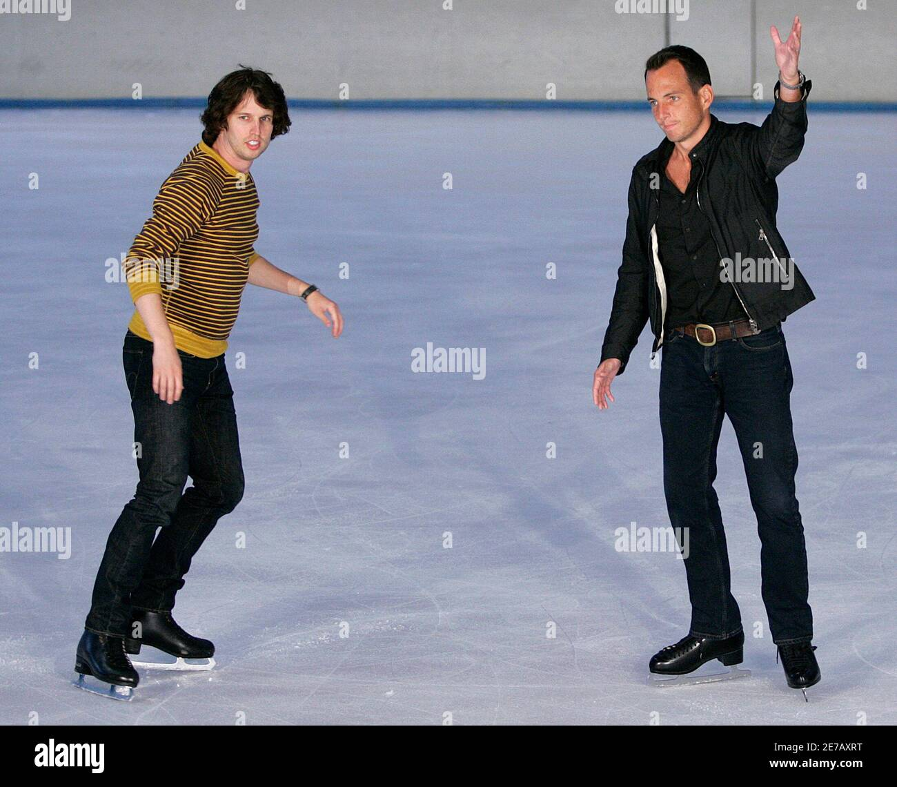 """Actors Jon Heder (L) and Will Arnett pose for photographers during a media opportunity at an ice skating rink to promote their film """"Blades of Glory"""" in Sydney June 6, 2007.         REUTERS/Tim Wimborne     (AUSTRALIA) Foto de stock"""