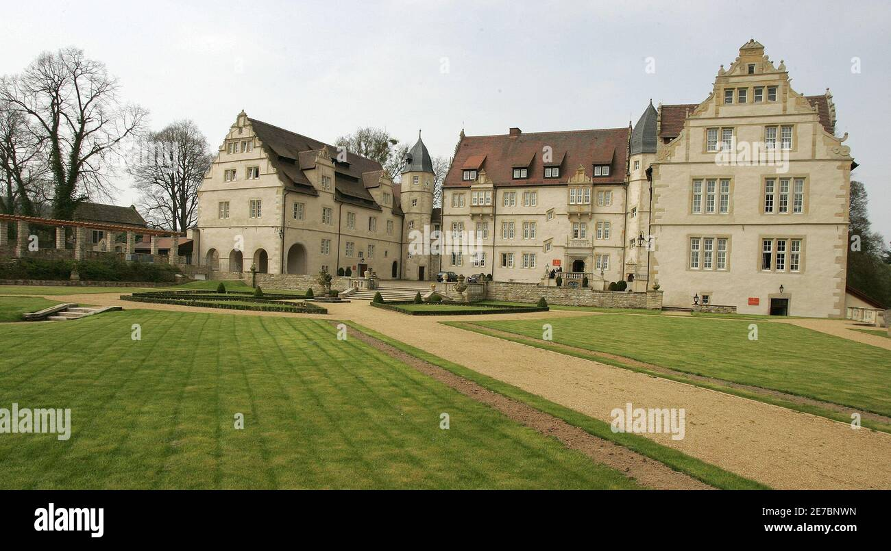 An exterior view shows the 'Schlosshotel Muenchhausen' in Aerzen near Hameln about 60 km south of Hanover April 26, 2006. The national soccer team of France will be staying in this hotel for the duration of the World Cup 2006 tournament. WORLD CUP 2006 PREVIEW HOTEL     REUTERS/Christian Charisius Foto de stock