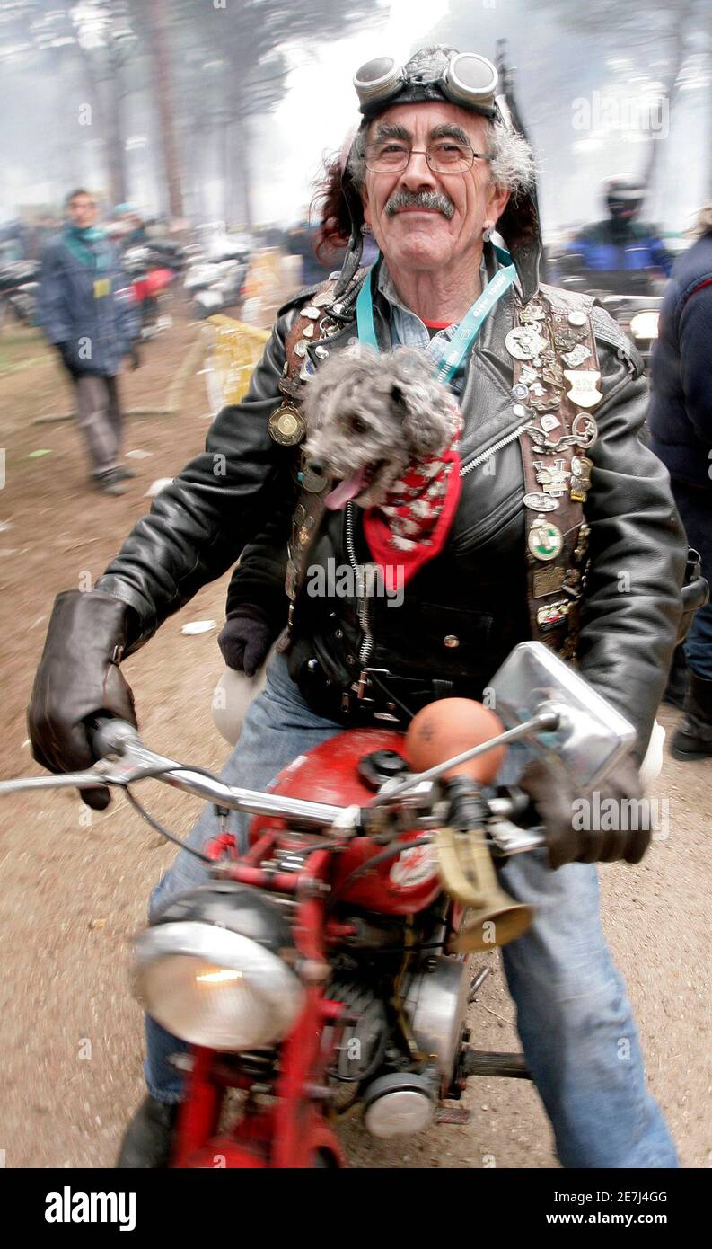 Motorcyclist Juan Fernandez 'El Latas' poses for photographers during the 26th Internacional Motorciclist Winter Rally 'Pinguinos' (penguins) in Boecillo, near Valladolid, central Spain, January 13, 2007. About 26,117 motorcyclists took part in the rally last year.  REUTERS/Felix Ordonez (SPAIN) Foto de stock