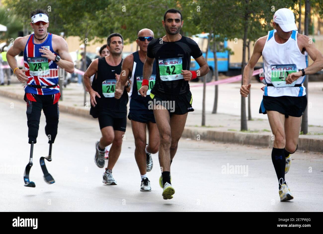 Richard Whitehead (L), un activista británico por la discapacidad que nació sin piernas, compite con otros corredores durante el Maratón anual de Beirut en Beirut, el 30 de noviembre de 2008. Miles de personas participaron en la carrera que comenzó en la capital libanesa. REUTERS/ Mohamed Azakir (LÍBANO) Foto de stock