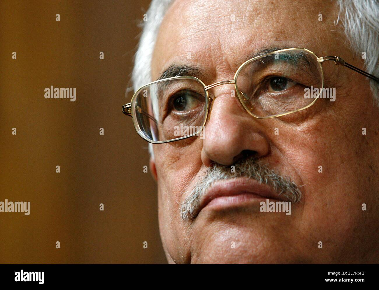 Palestinian President Mahmoud Abbas is pictured during a news conference at the Musee d'Art et d'Histoire in Geneva April 26, 2007. From April 27 to October 7, 2007 the Museum will hold an exhibition of more than 500 archaeological items recovered from the Gaza strip, revealing  multiple facets of this regions heritage. REUTERS/Denis Balibouse (SWITZERLAND) Foto de stock