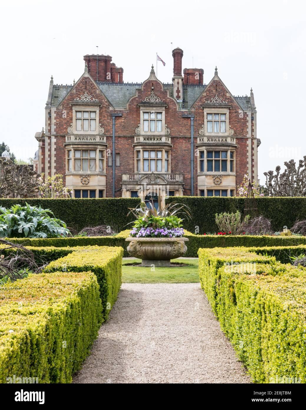 Reino Unido, Norfolk, Sandringham Estate, 2019, abril de 23: Detalle de la casa y el jardín de la elevación del norte, Sandringham House, la reina Isabel II país resi Foto de stock