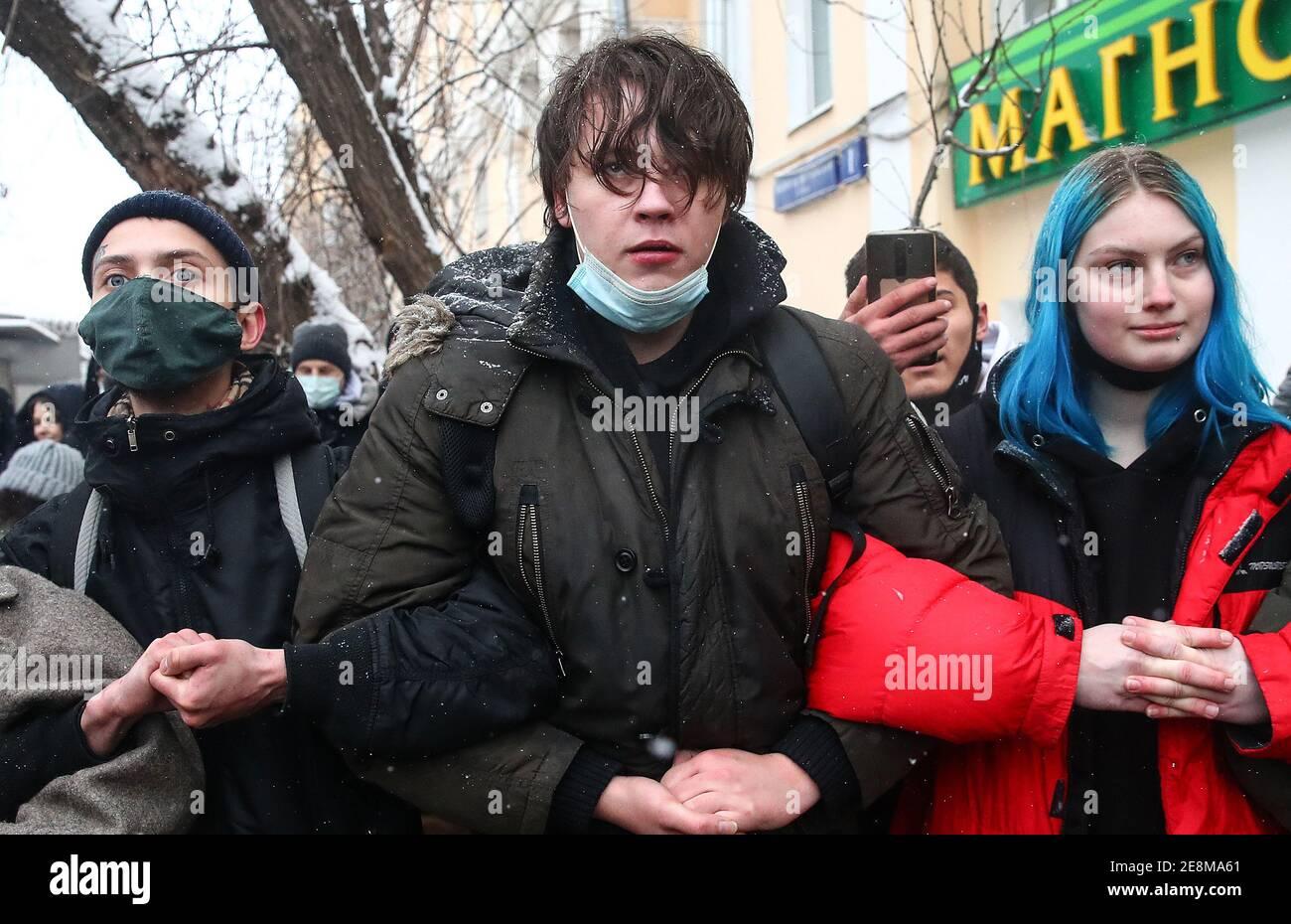Moscú, Rusia. 31 de enero de 2021. La gente participa en una manifestación no autorizada en apoyo del activista de la oposición rusa Alexei Navalny cerca del centro de detención preventiva Matrosskaya Tishina. En relación con las convocatorias de protestas, el movimiento de peatones y el transporte público han sido restringidos en el centro de Moscú. El acceso a varias estaciones del Metro de Moscú ha sido cerrado temporalmente, con trenes que pasan sin parar. Crédito: Valery Sharifulin/TASS/Alamy Live News Foto de stock
