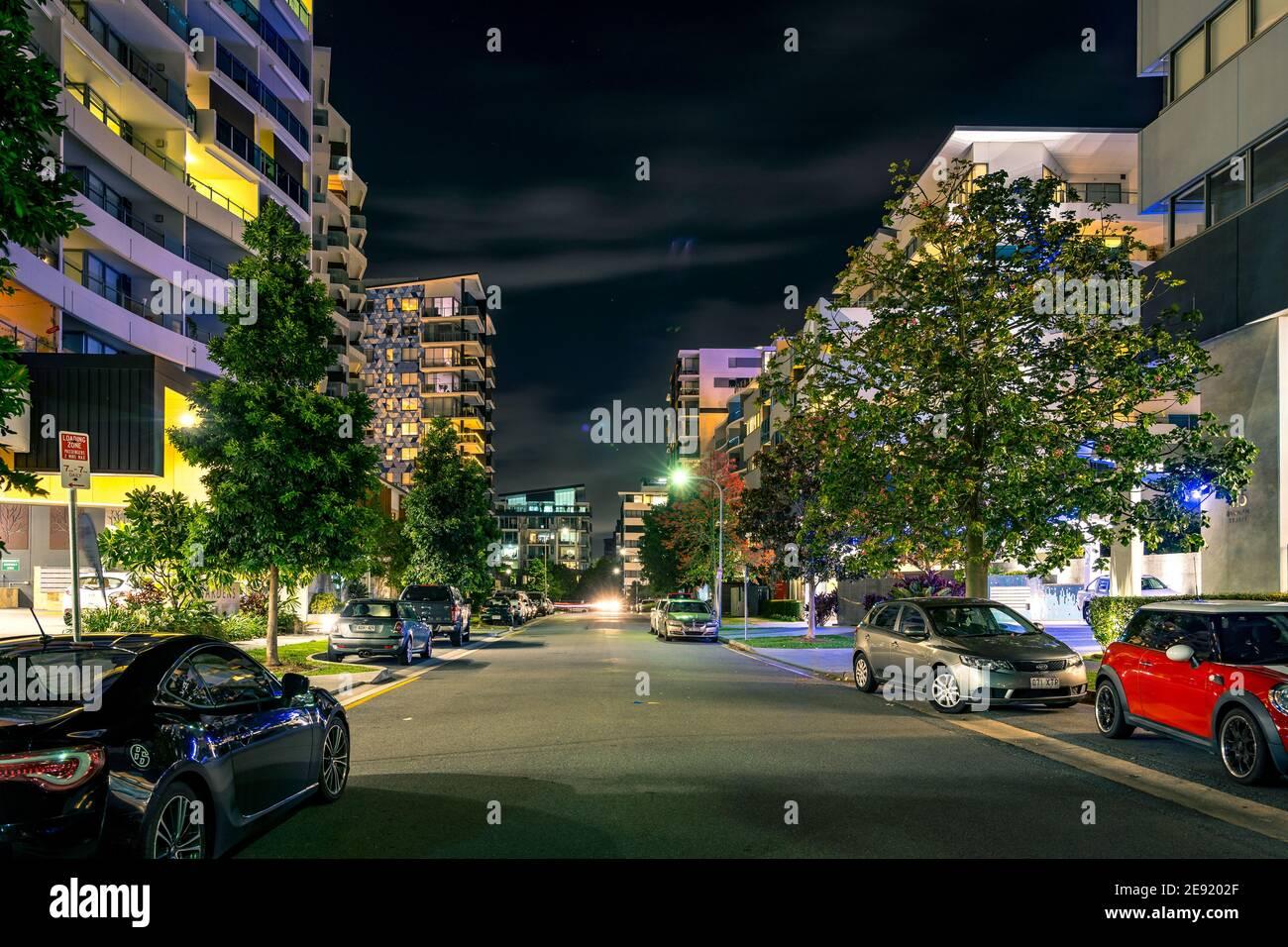Brisbane, Australia - Apartamentos residenciales por la noche Foto de stock