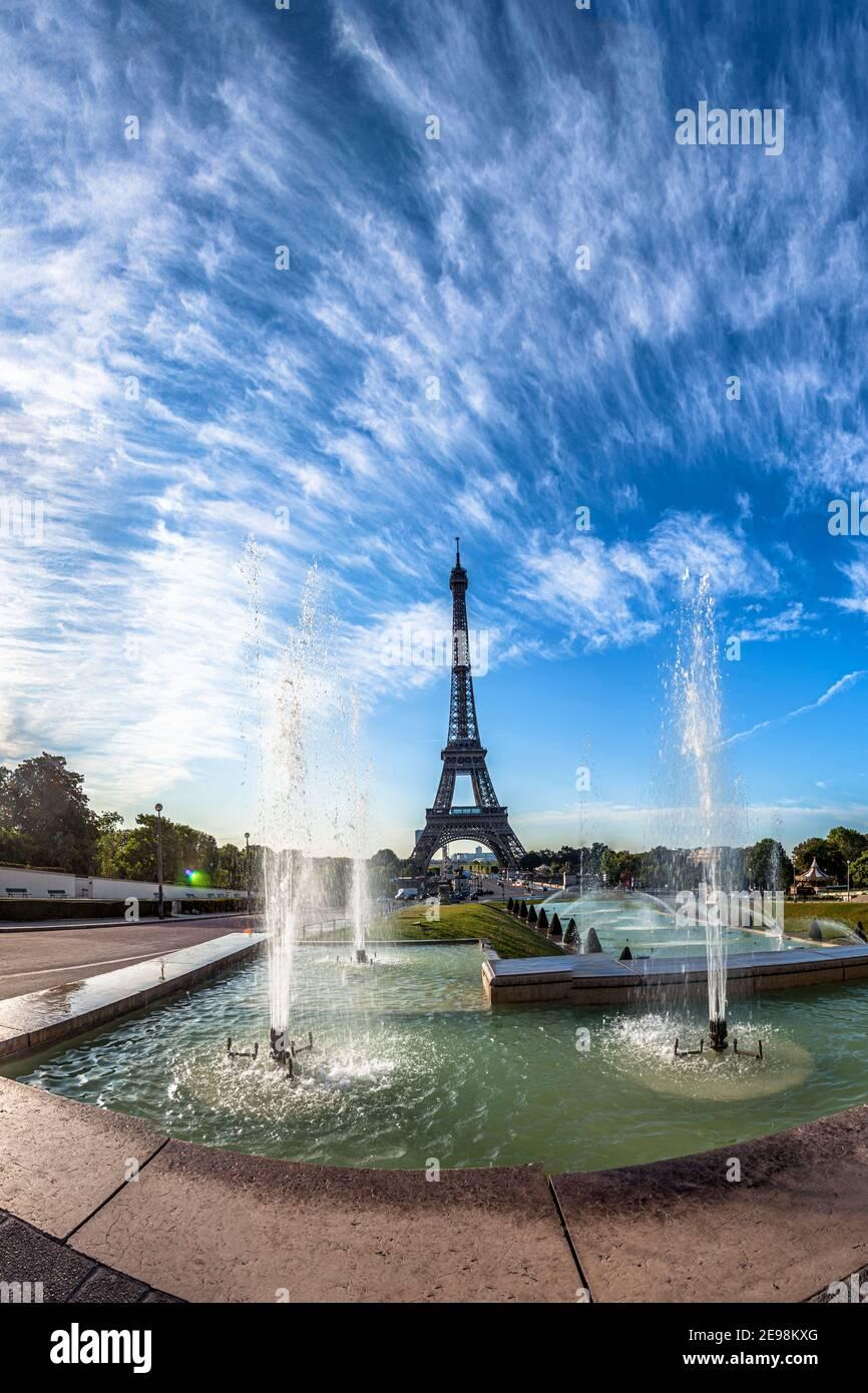 Panorama escénico de la Torre Eiffel en París, Francia Foto de stock