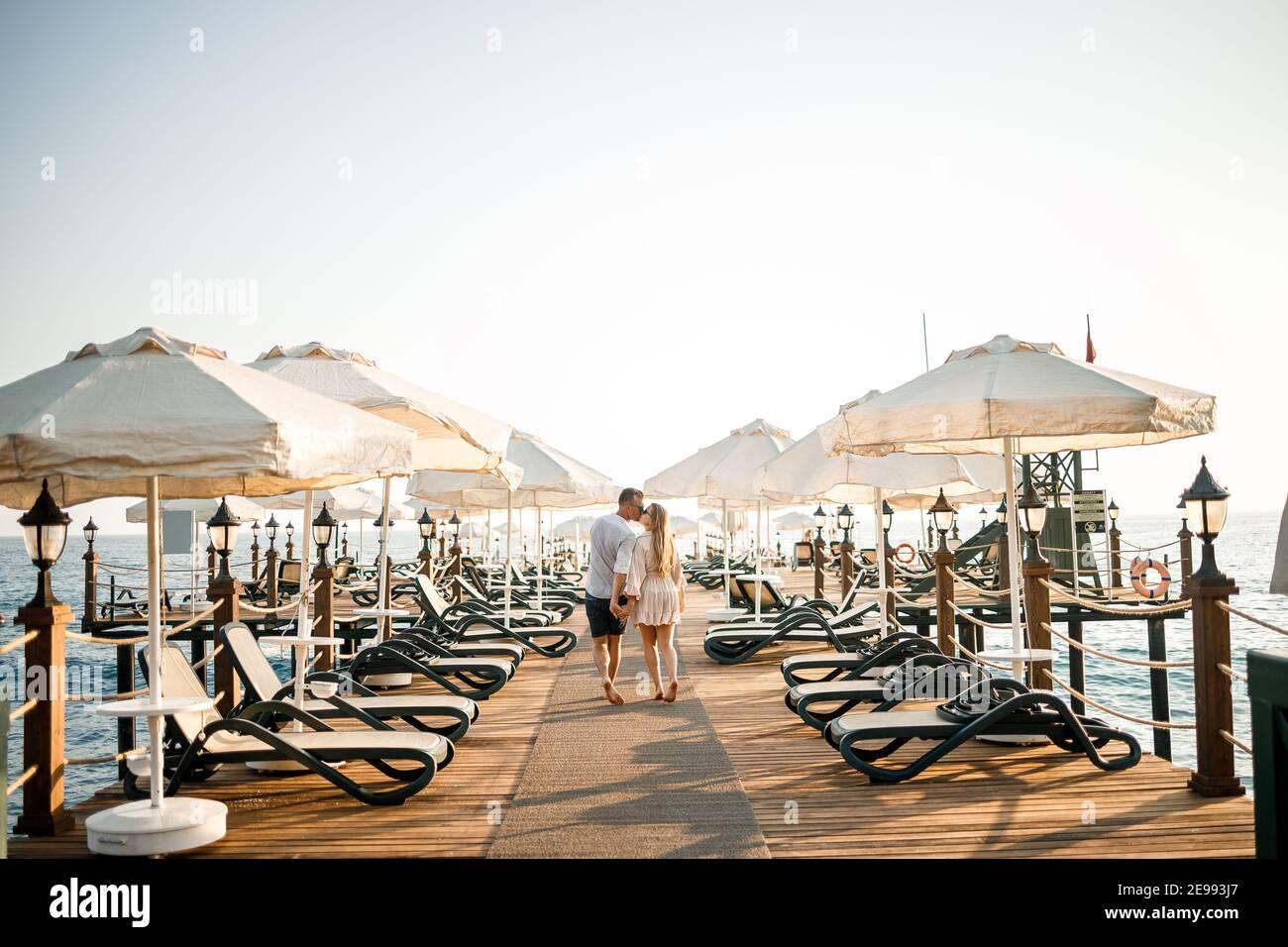 Una pareja amorosa está descansando en el mar en Turquía. Hombre y mujer en el muelle. Paseo marítimo. Luna de miel. Una pareja en un viaje de luna de miel. Un hermoso viaje en pareja Foto de stock