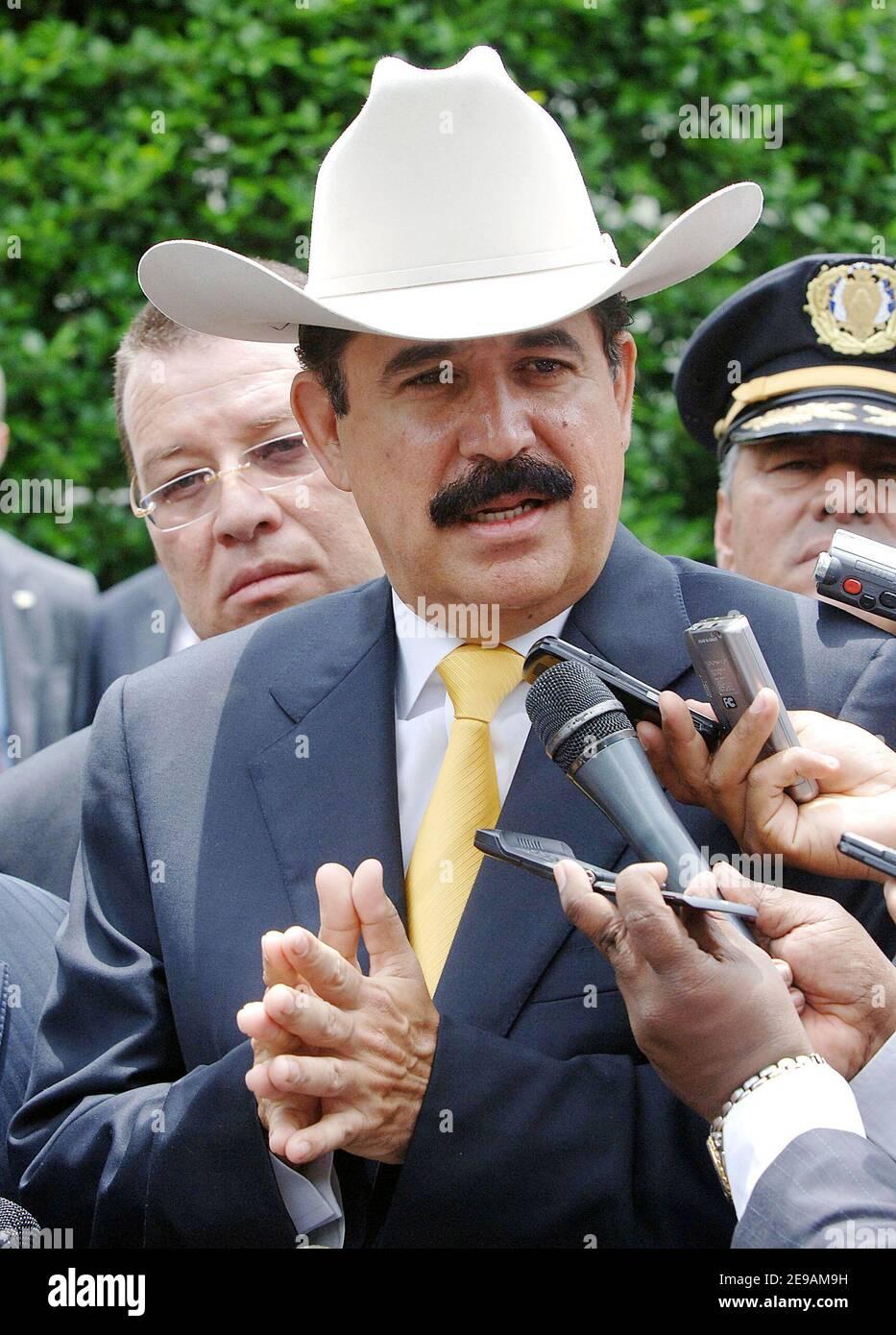 El presidente de Honduras, Manuel Zelaya Rosales, habla en la Casa Blanca el 5 de junio de 2006 en Washington, DC, tras reunirse con el presidente Bush. Foto de Olivier Douliery/ABACAPRESS.COM Foto de stock