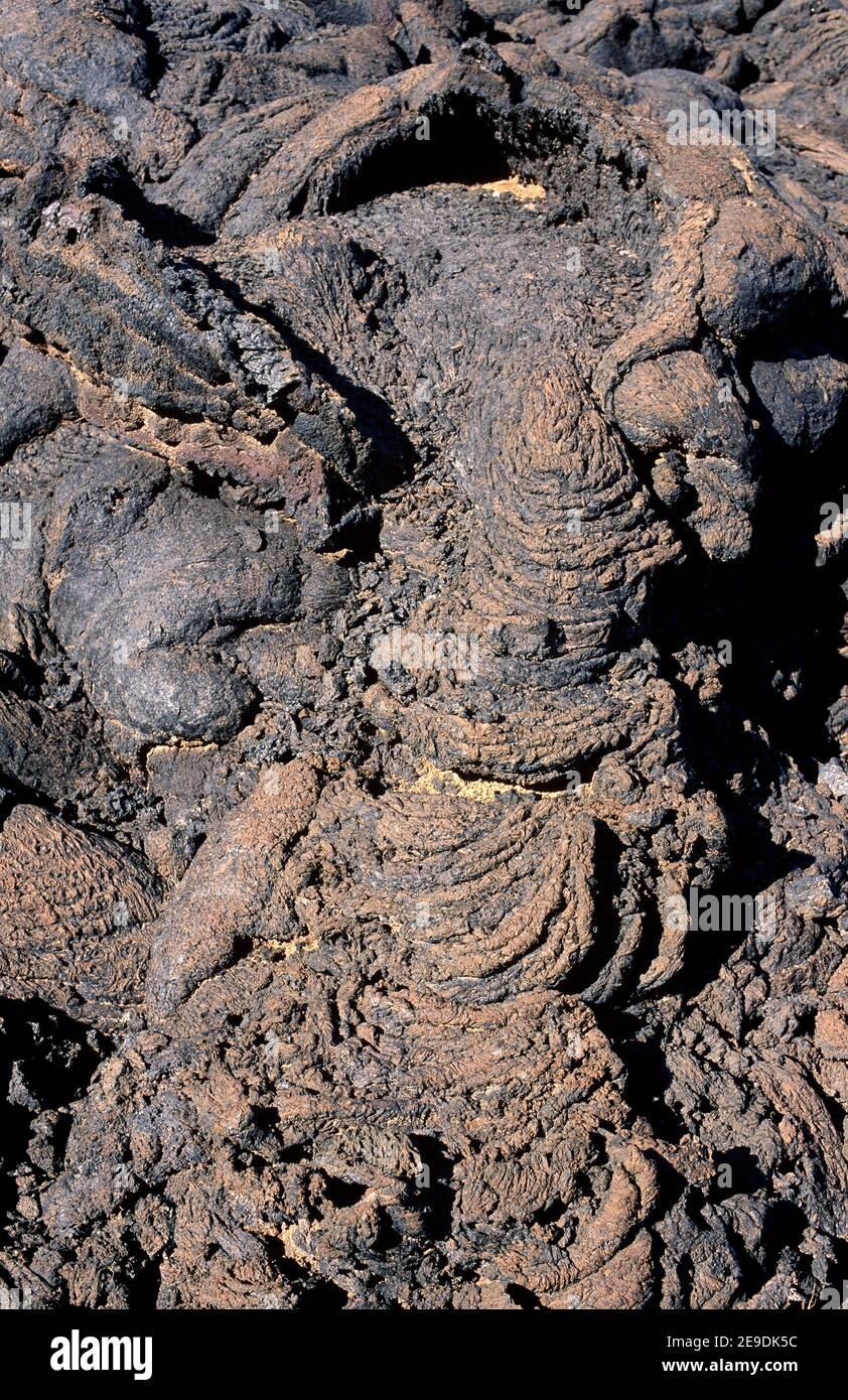 Burbuja volcánica y pahoehoe. Isla de Lanzarote, Islas Canarias, España. Foto de stock