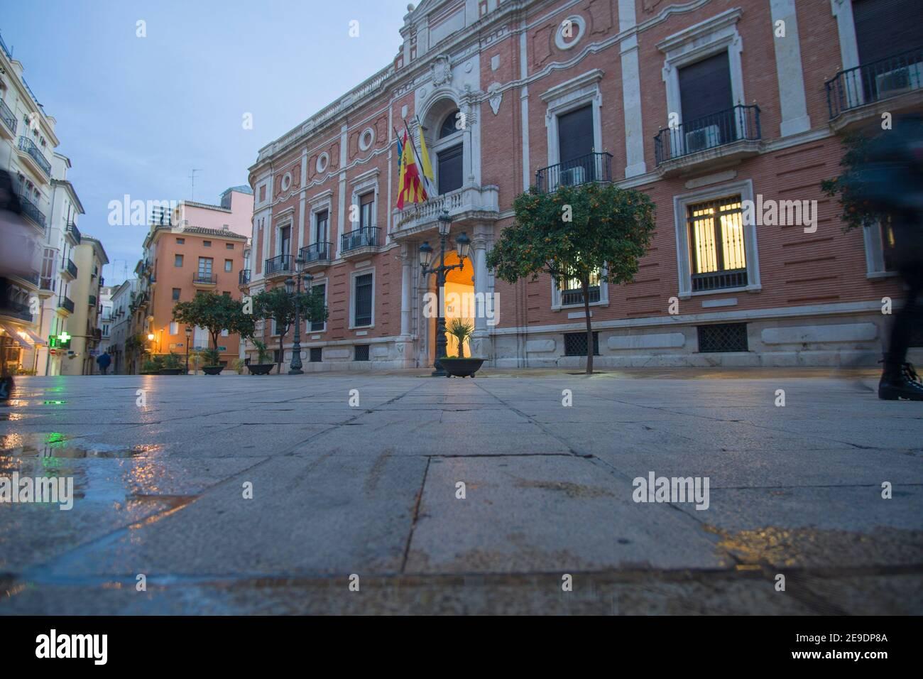 Valencia España el 10 de diciembre de 2020: Noche en la plaza del arzobispo de Navidad. Foto de stock