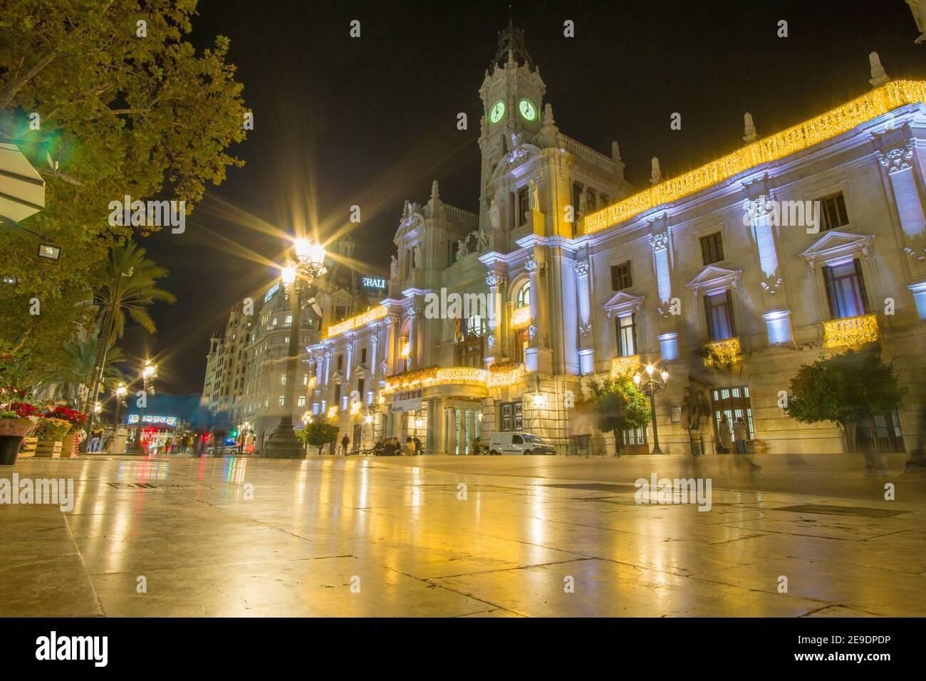Valencia España el 10 de diciembre de 2020: Noche en la Plaza del Ayuntamiento de Navidad. Foto de stock