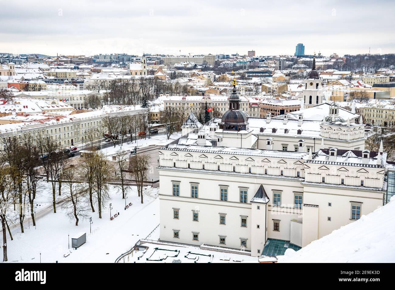 Vista aérea del casco antiguo de Vilnius, capital de Lituania en el día de invierno con nieve Foto de stock