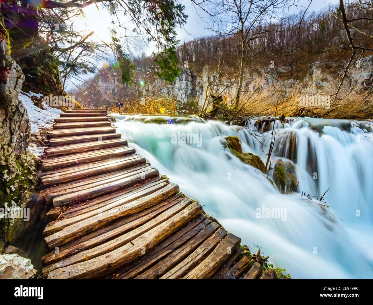 Como puente foodbridge camino de madera camino paseo camino justo por encima Río de agua fluyendo en el Parque Nacional Lagos de Plitvice Croacia Europa Foto de stock