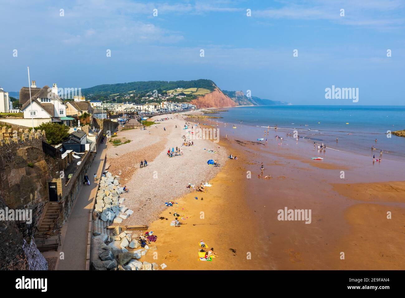 Vista hacia el este hasta Salcombe Hill sobre el mar, la playa y la costa de Sidmouth, una popular ciudad costera de la costa sur en Devon, al suroeste de Inglaterra Foto de stock