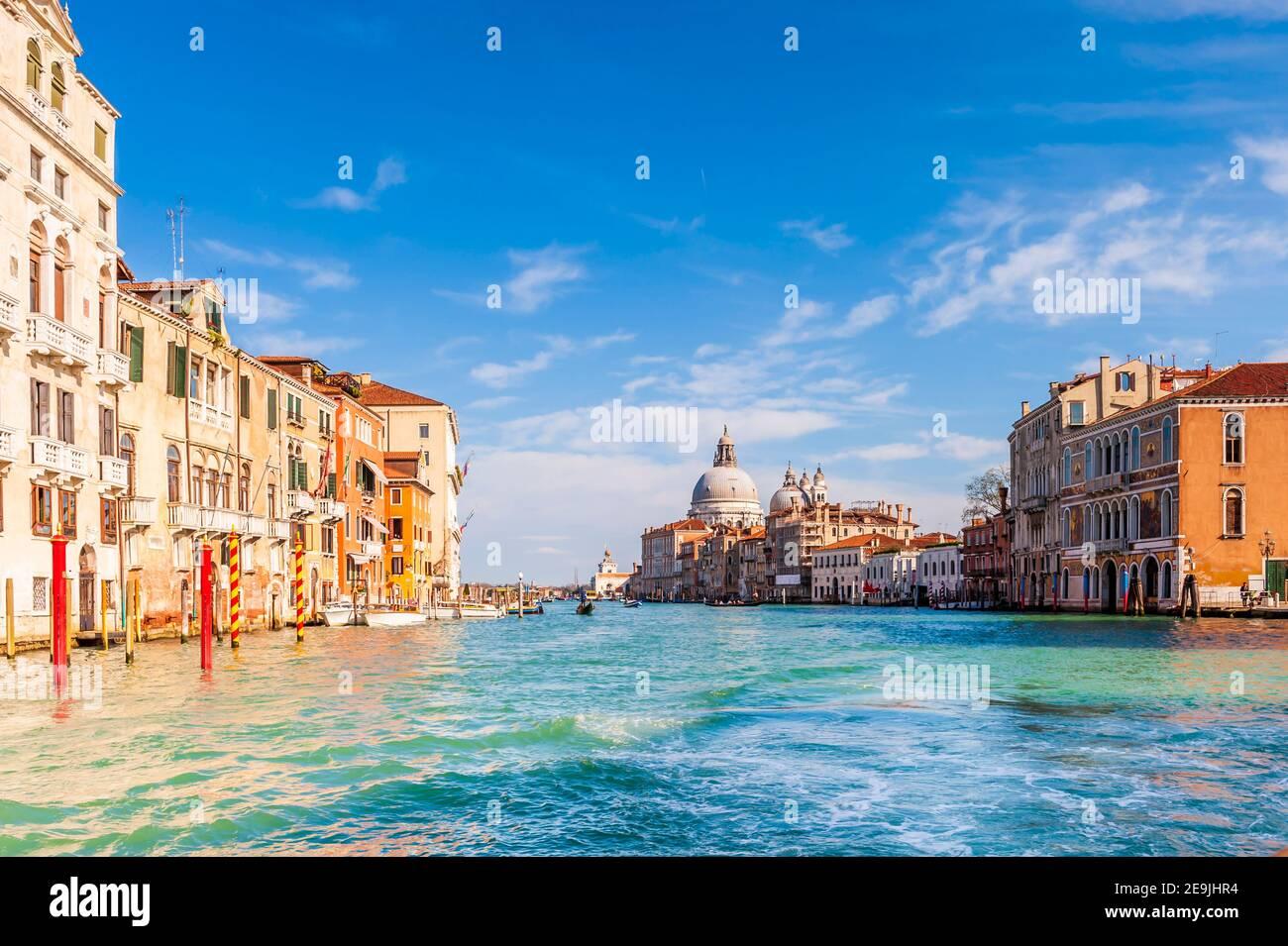 El Gran Canal y sus fachadas y la Basílica de Santa Maria della Salute en el fondo en Venecia en Veneto, Italia Foto de stock