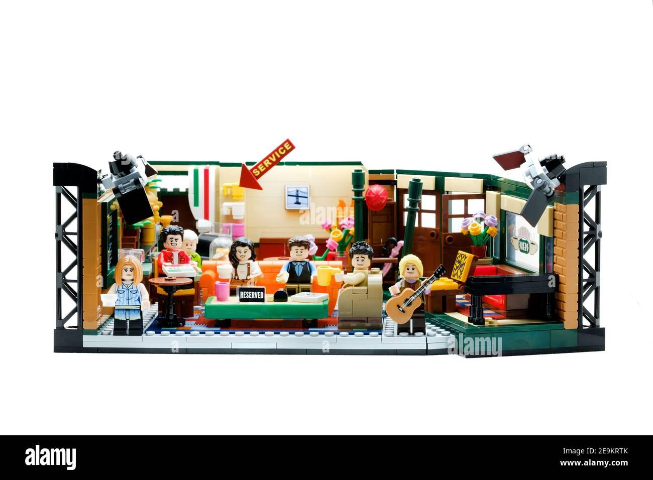 The Lego ideas Central Perk, Friends Set tomado de la popular serie de televisión de comedia americana. Todos los personajes principales se presentan, relajándose en el café Foto de stock