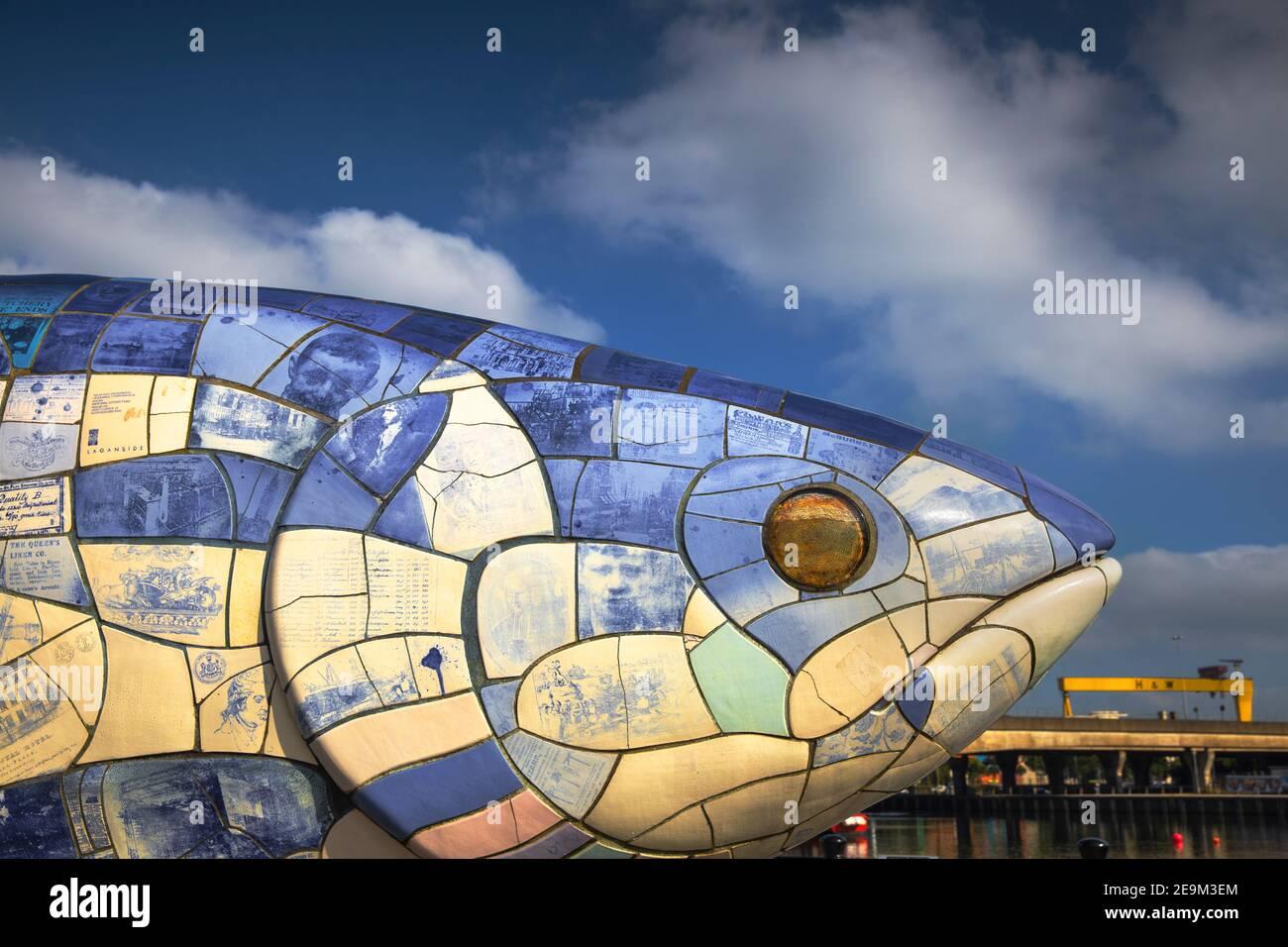 Reino Unido, Irlanda del Norte, Belfast, la escultura de Big Fish - las baldosas de cerámica cada uno cuenta una historia sobre Belfast Foto de stock