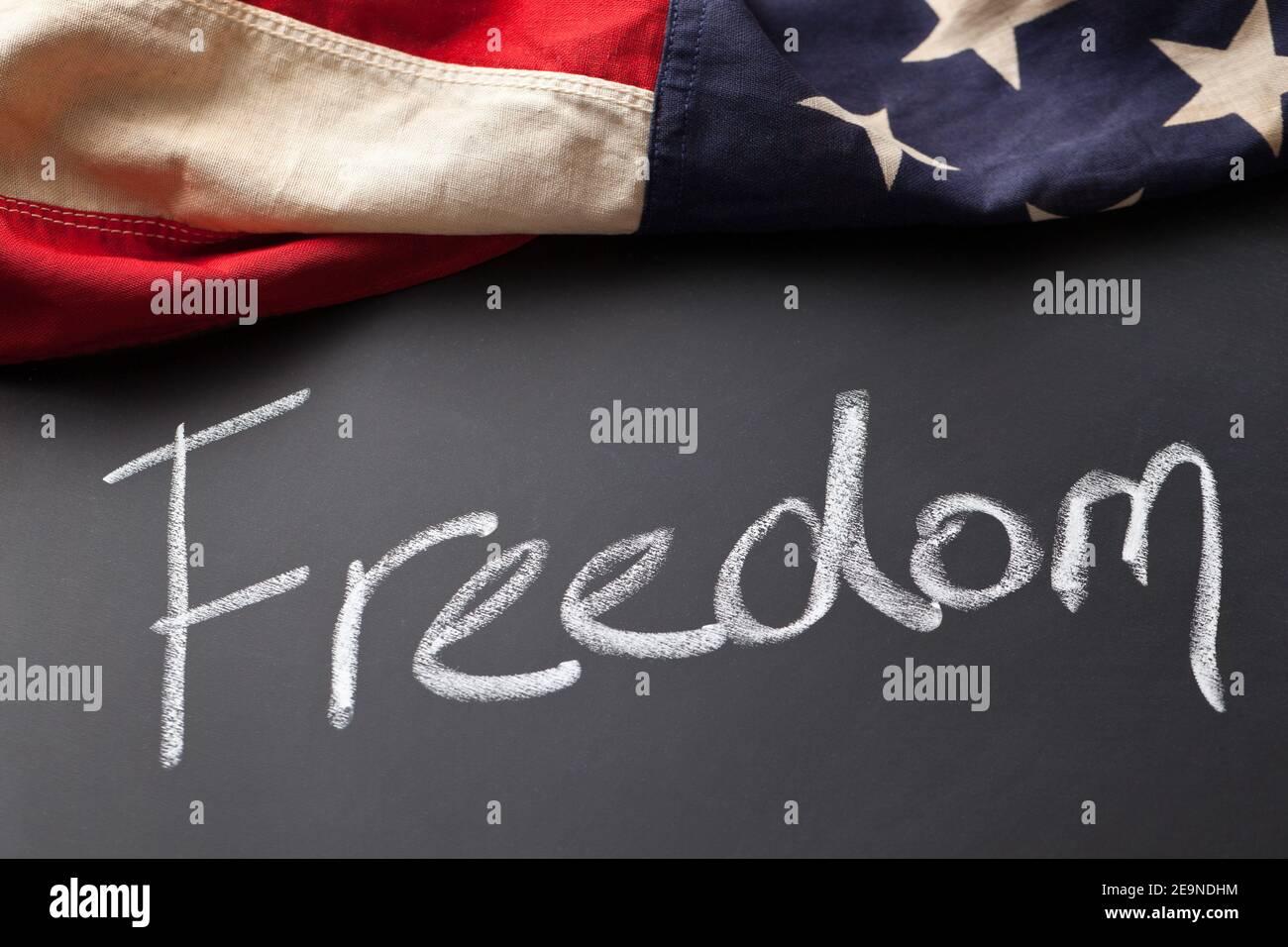 Letrero de libertad en una pizarra con bandera americana vintage Foto de stock