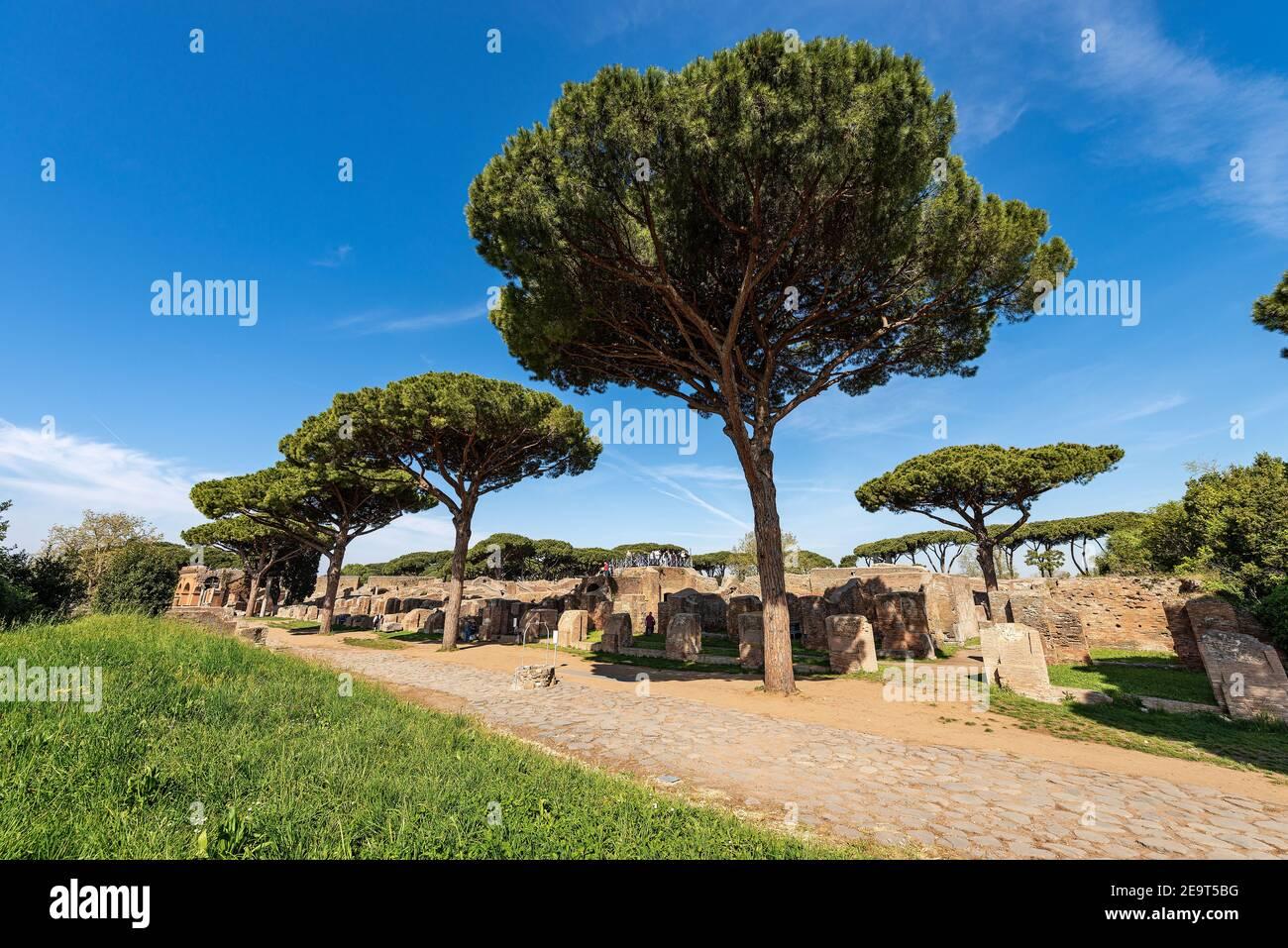 Ruinas antiguas de los edificios romanos en Ostia Antica Archeological Site, colonia fundada en el siglo VII a.C. cerca de Roma, Patrimonio de la Humanidad de la UNESCO. Foto de stock