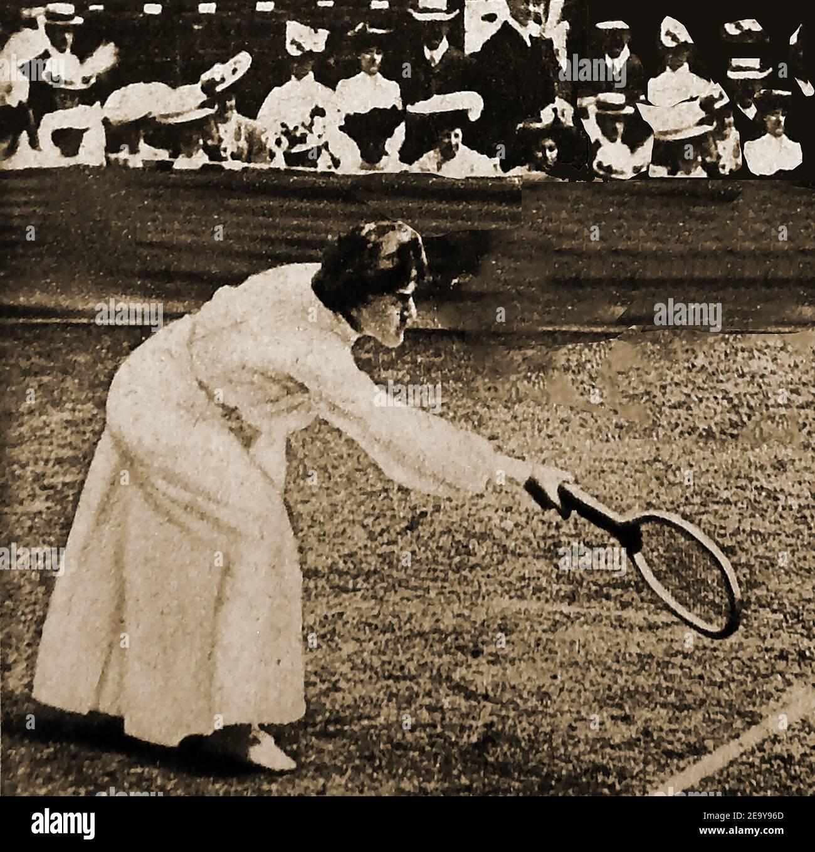 """1908 - una foto de prensa de la época que muestra """"mrs Lambert Chambers;, Campeón de Tenis en Wimbledon. --- Dorothea Lambert Chambers (nacida Dorothea Katherine Douglass, 1878 – 1960) fue una jugadora de tenis británica que ganó 7 títulos de Wimbledon Women's Singles y una medalla de oro en los Juegos Olímpicos de Verano de 1908. Ella era la autora de """"Tennis for Ladies"""". Realizó trabajos de guerra voluntarios durante la primera Guerra Mundial durante la primera Guerra Mundial, primero en el Hospital Ealing, y luego en el Little Theatre Foto de stock"""