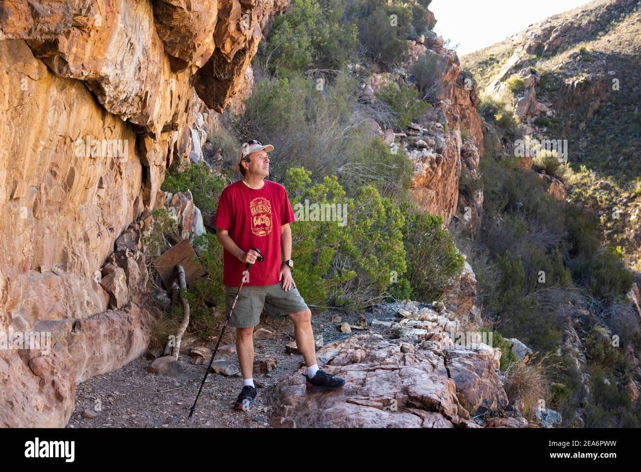 Excursionistas en la cueva de arte rupestre de San en Cedar Falls, Baviaanskloof, Sudáfrica Foto de stock