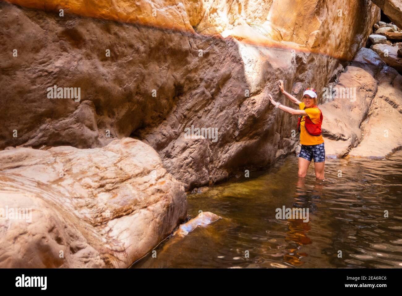 Senderismo / klofing a Cedar Falls, Baviaanskloof, Sudáfrica Foto de stock