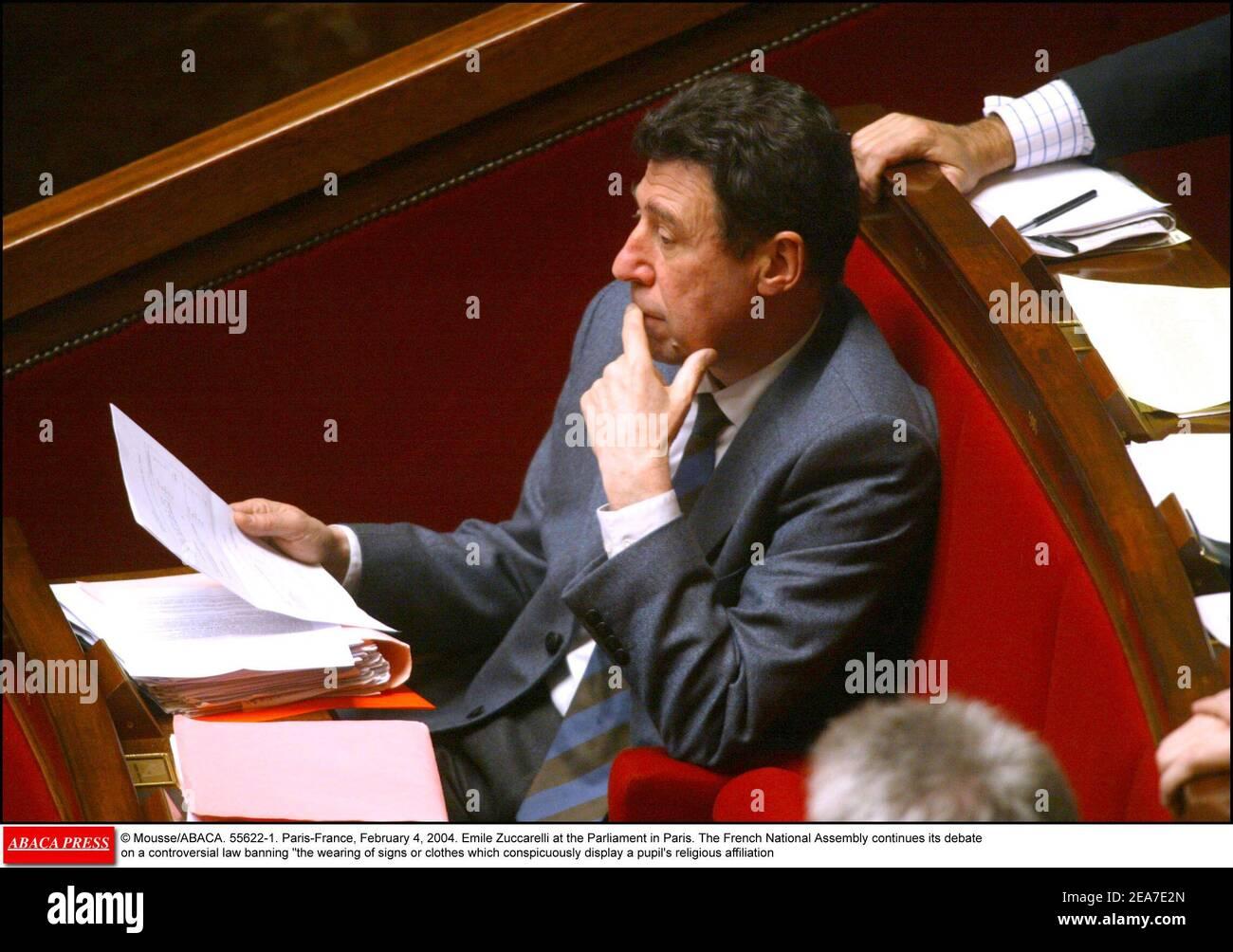 © Mousse/ABACA. 55622-1. París-Francia, 4 de febrero de 2004. Emile Zuccarelli en el Parlamento de París. La Asamblea Nacional francesa continúa su debate sobre una controvertida ley que prohíbe el uso de señales o ropas que manifiesten notoriamente la afiliación religiosa de un alumno Foto de stock