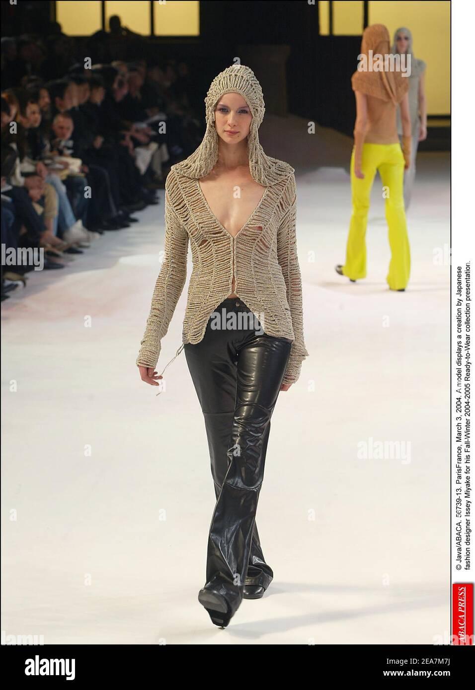 © Java/ABACA. 56739-13. ParisFrance, 3 de marzo de 2004. Un modelo muestra una creación del diseñador de moda japonés Issey Miyake para su presentación de la colección de otoño-invierno 2004-2005 Ready-to-Wear. Foto de stock