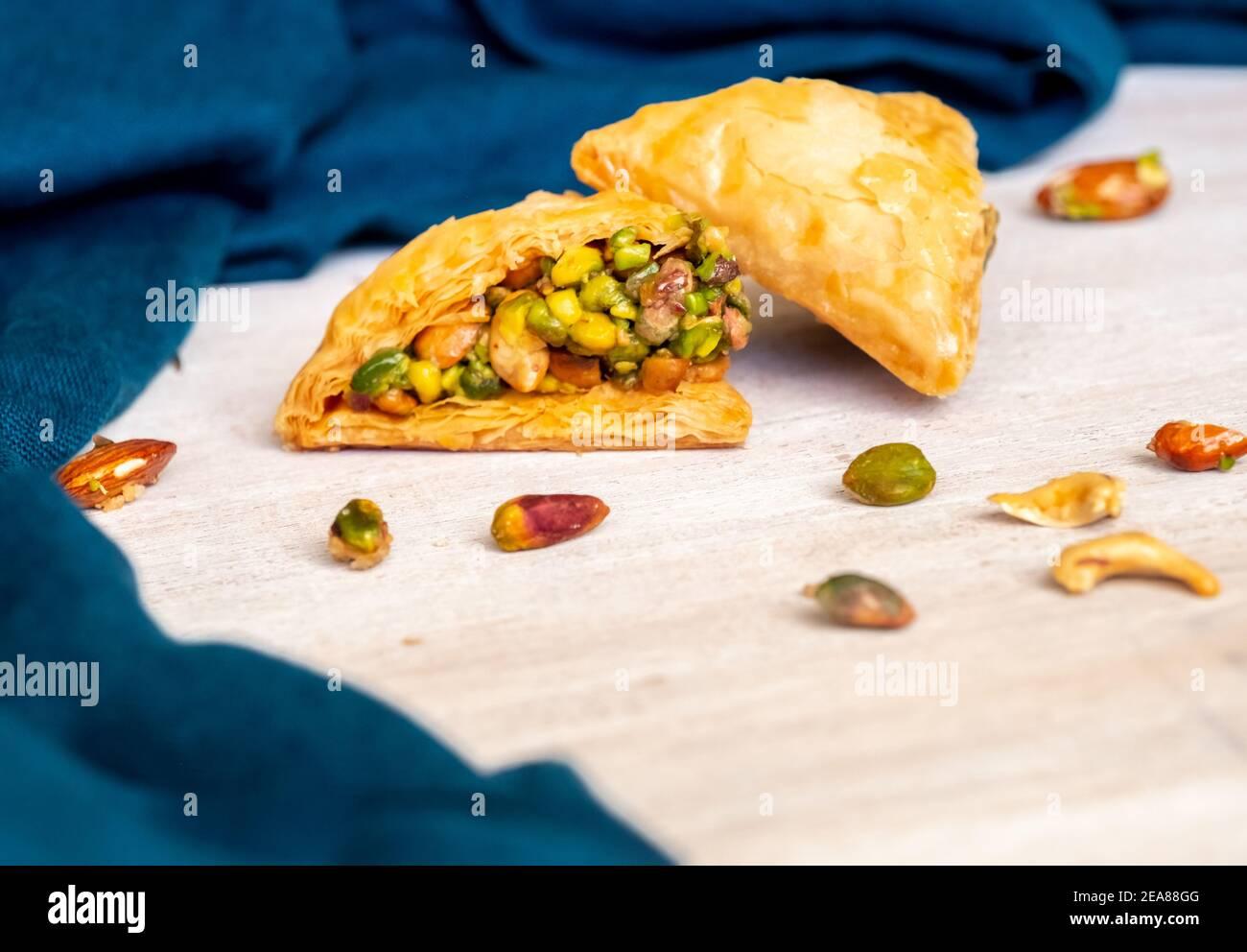 Dulces árabes llamados baklava llenos de pistacho Foto de stock