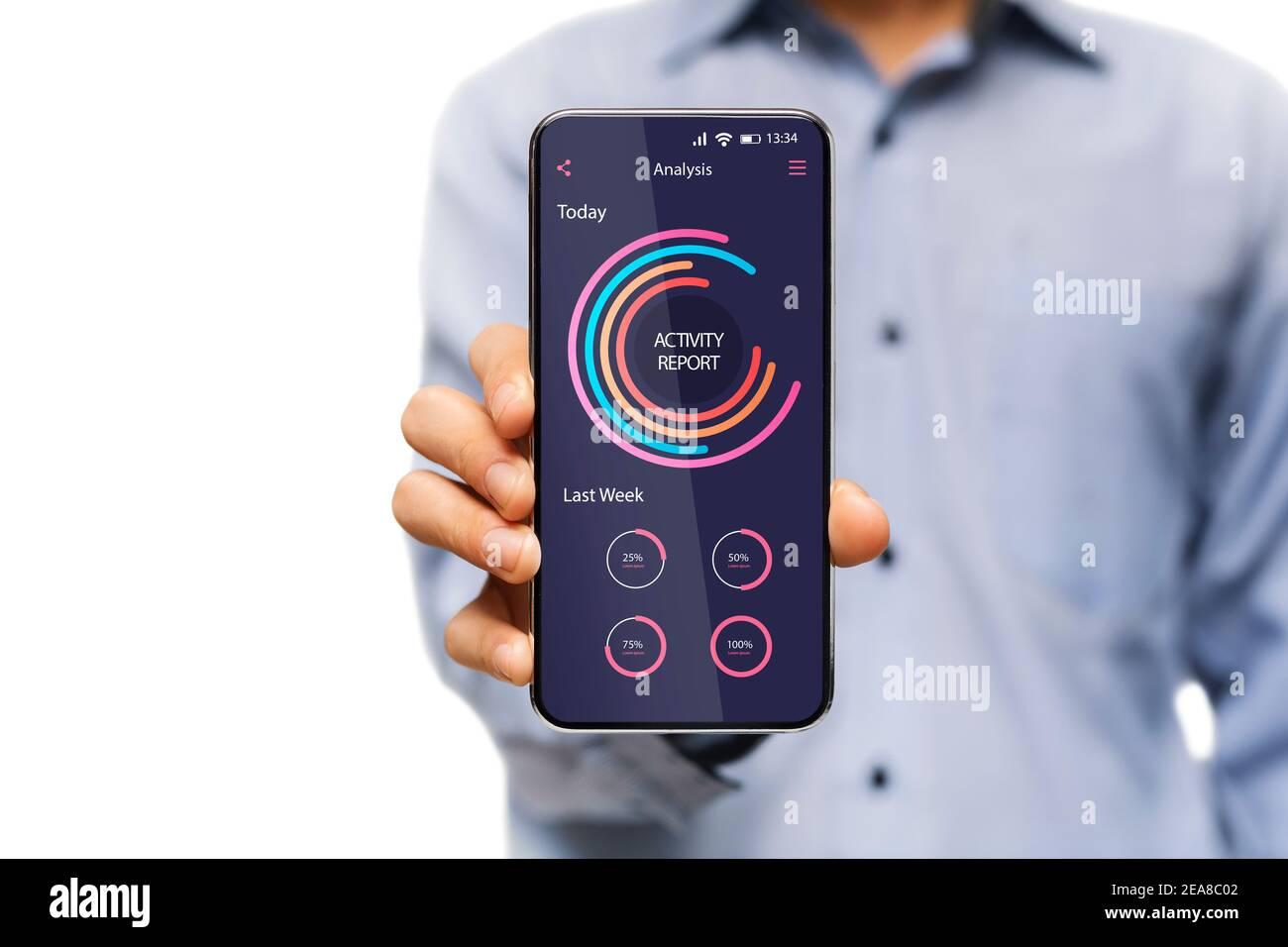 Hombre con smartphone con aplicación de análisis de datos e informe de actividad En pantalla Foto de stock